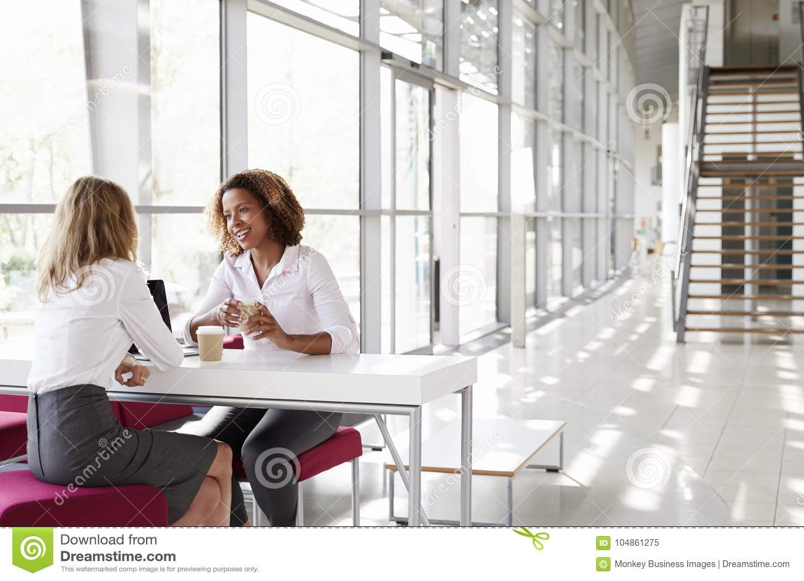 两名年轻女实业家在会议上,谈话