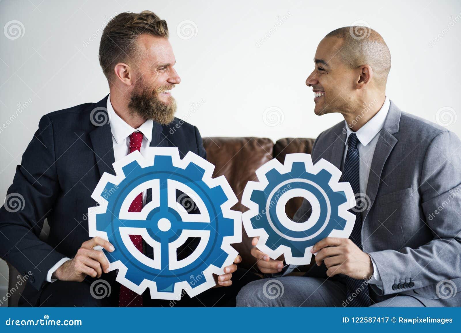 两商人坐长沙发
