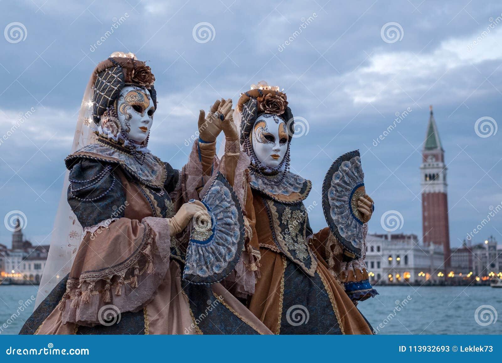 两在圣乔治海岛掩没了服装的妇女有爱好者的,有圣后边标记正方形和钟楼的