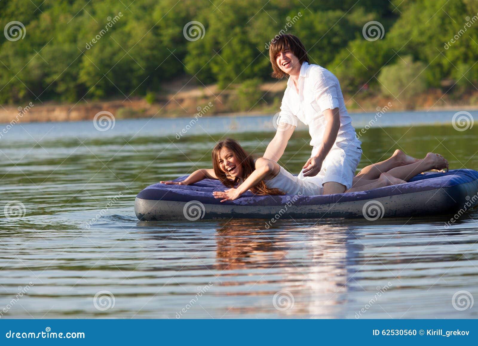 两在游泳床垫