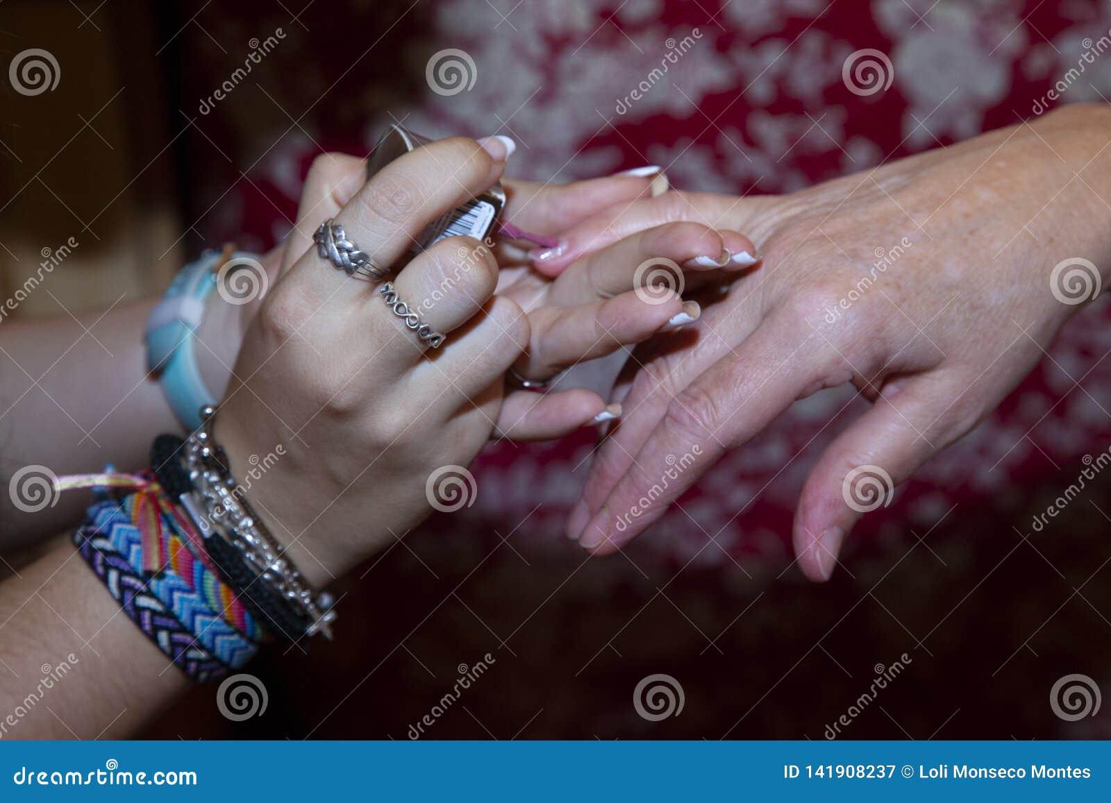 两妇女的手的细节