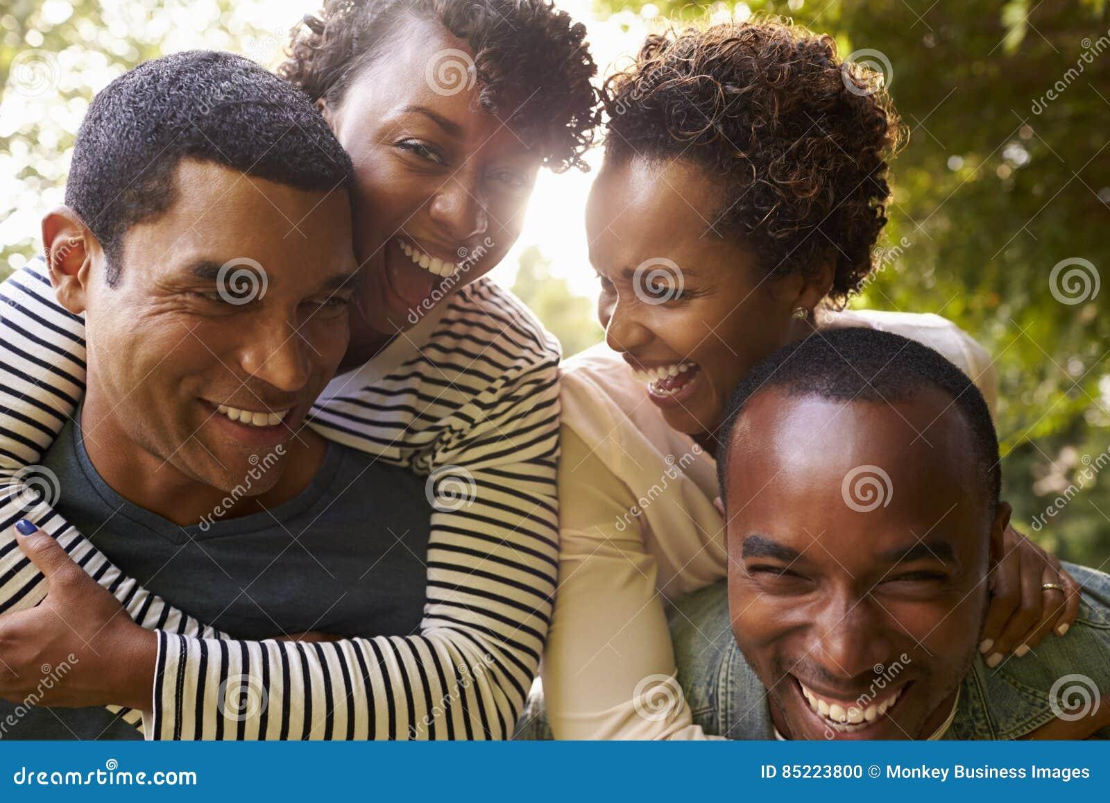 两对成人黑夫妇获得扛在肩上的乐趣,接近