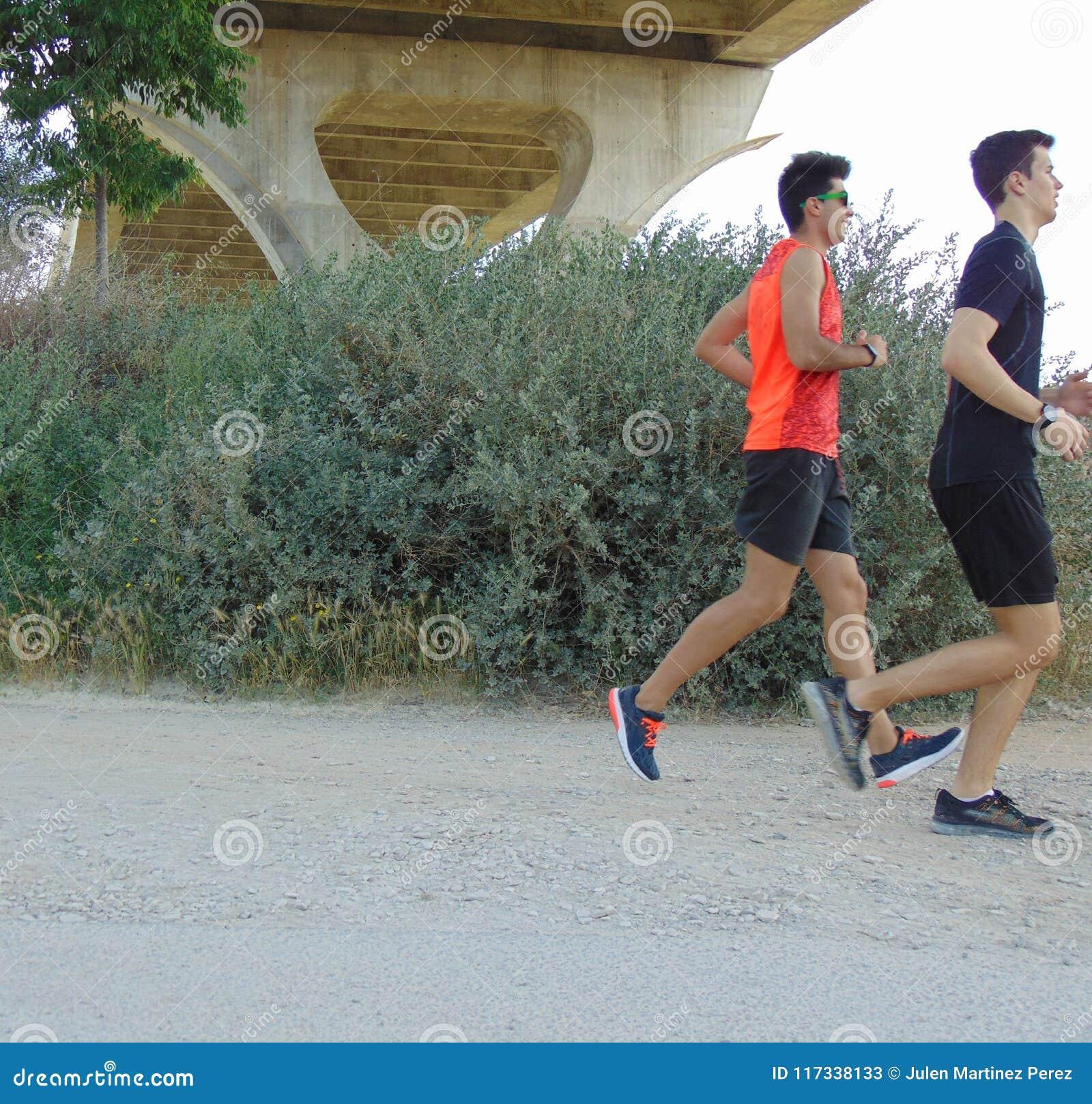 两年轻人赛跑