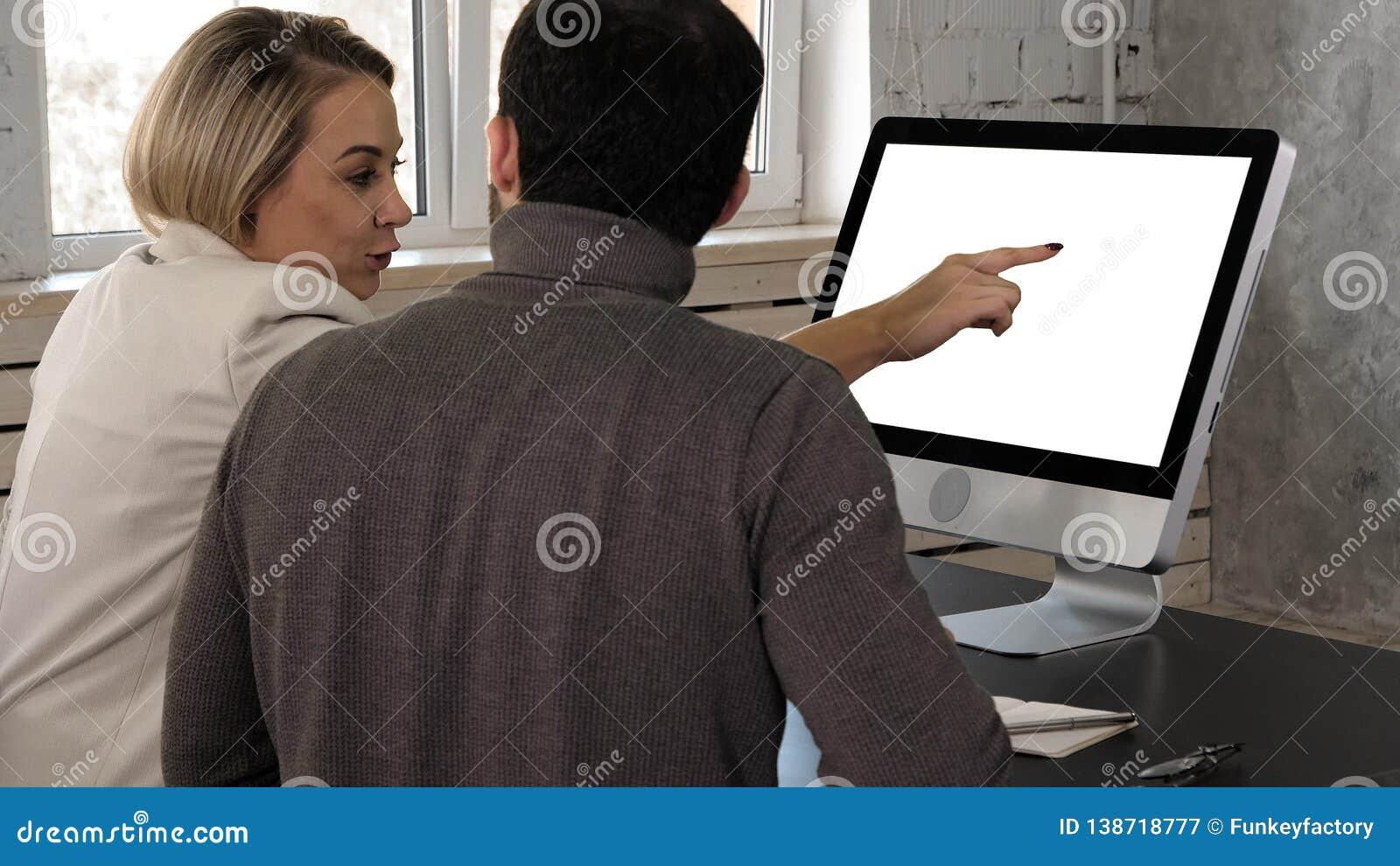 两年轻商人开会议在看的办公室在显示器 空白显示