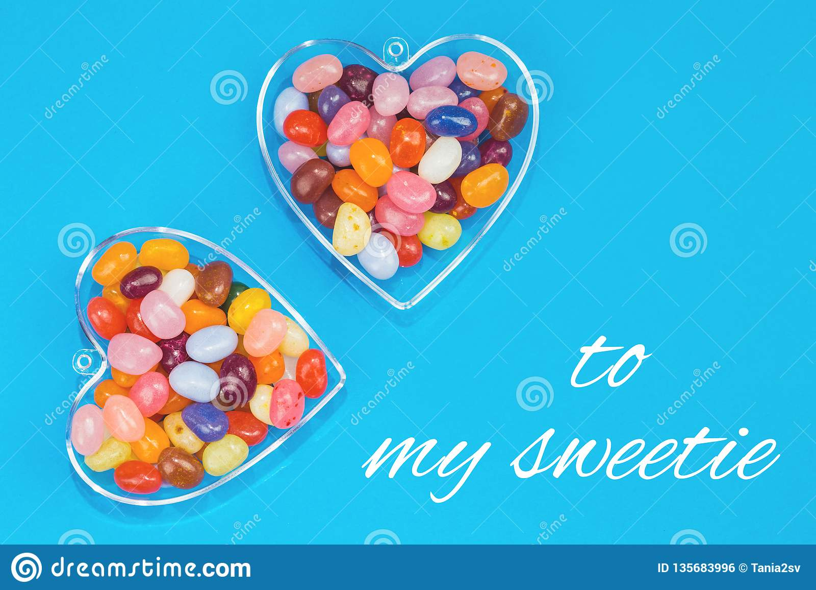 两心脏用在蓝色背景的糖果