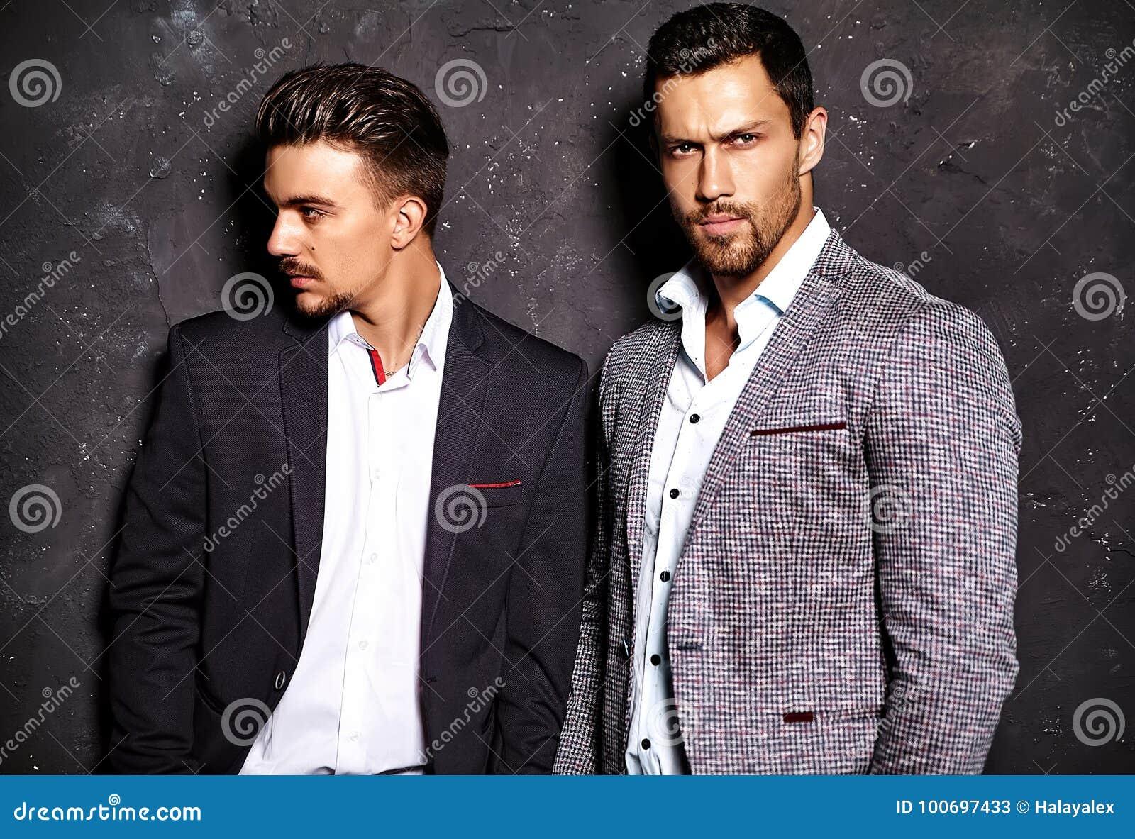 两性感的英俊的时尚男性塑造在典雅的衣服打扮的人