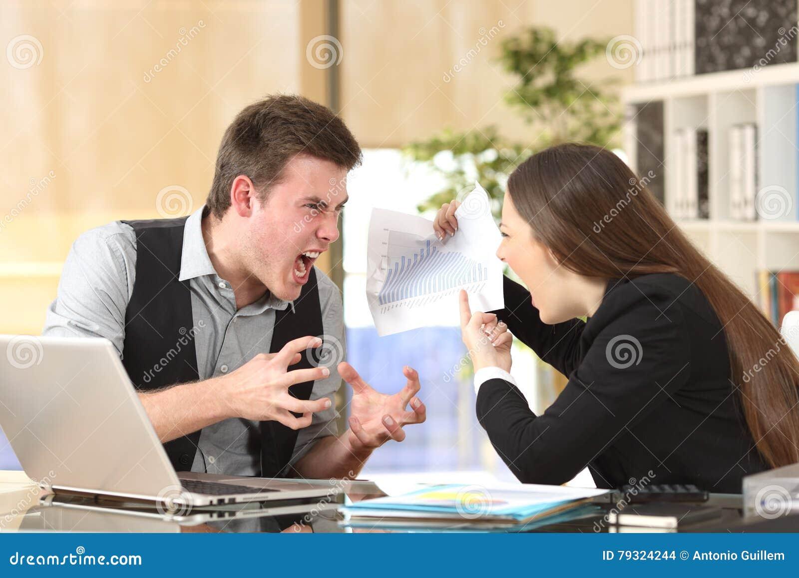 两恼怒买卖人争论愤怒