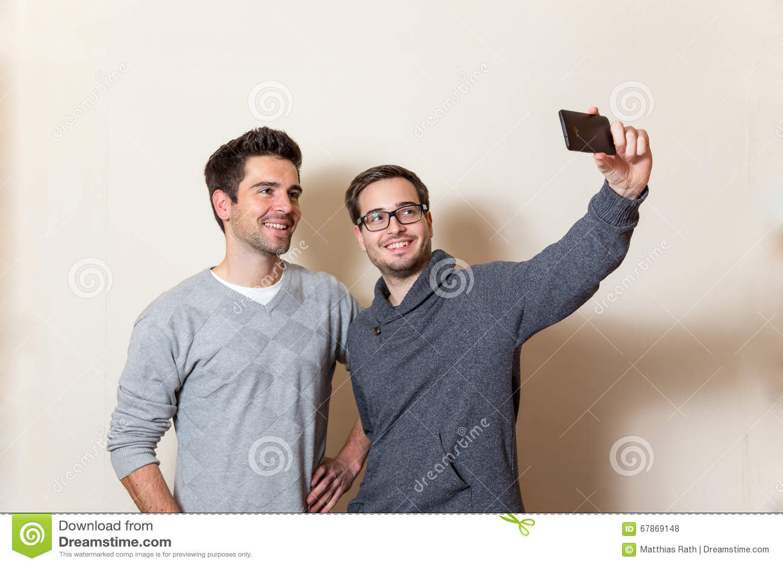 两您人做着与手机的一张自画象