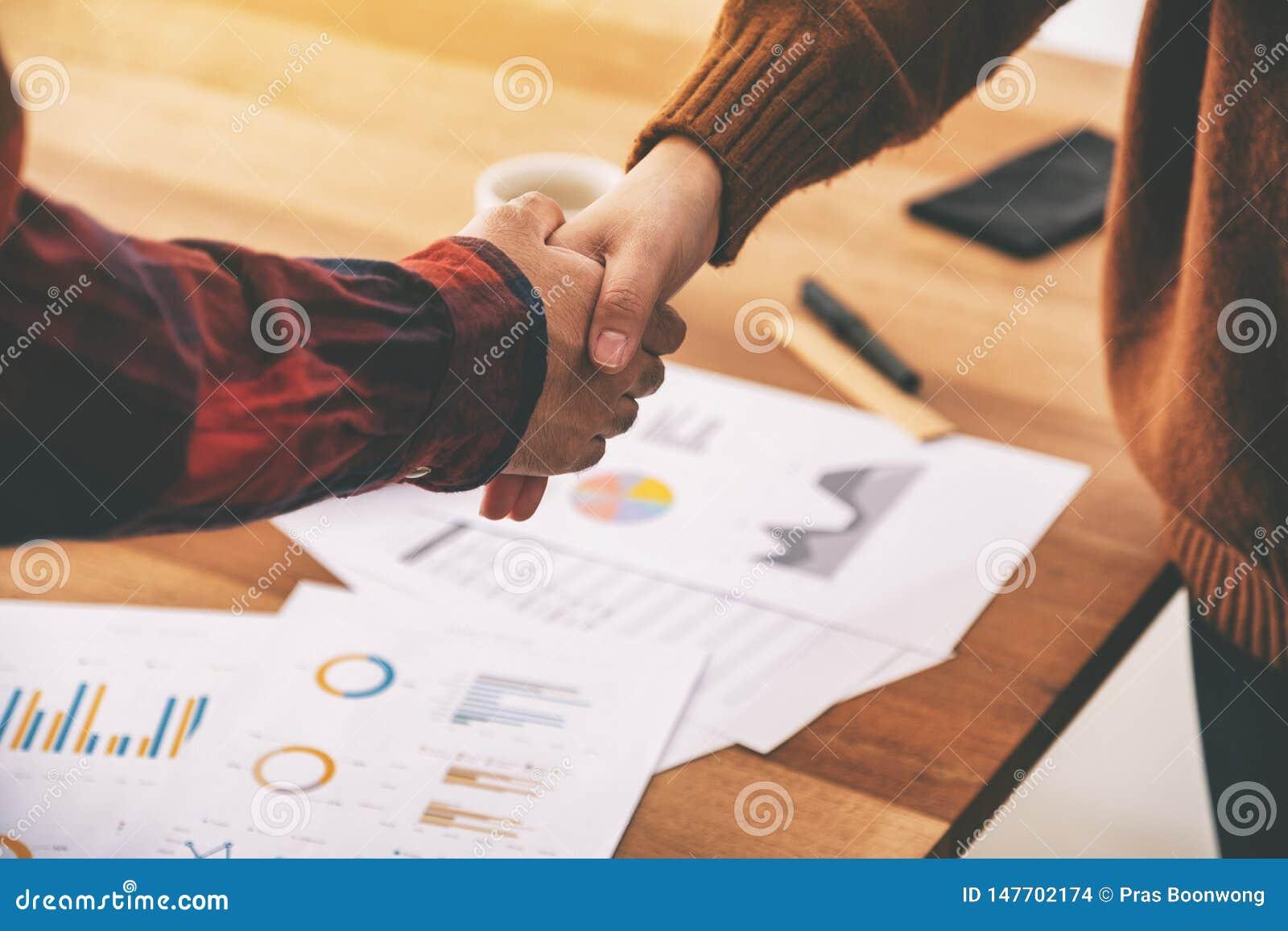 两握手的商人在会议以后