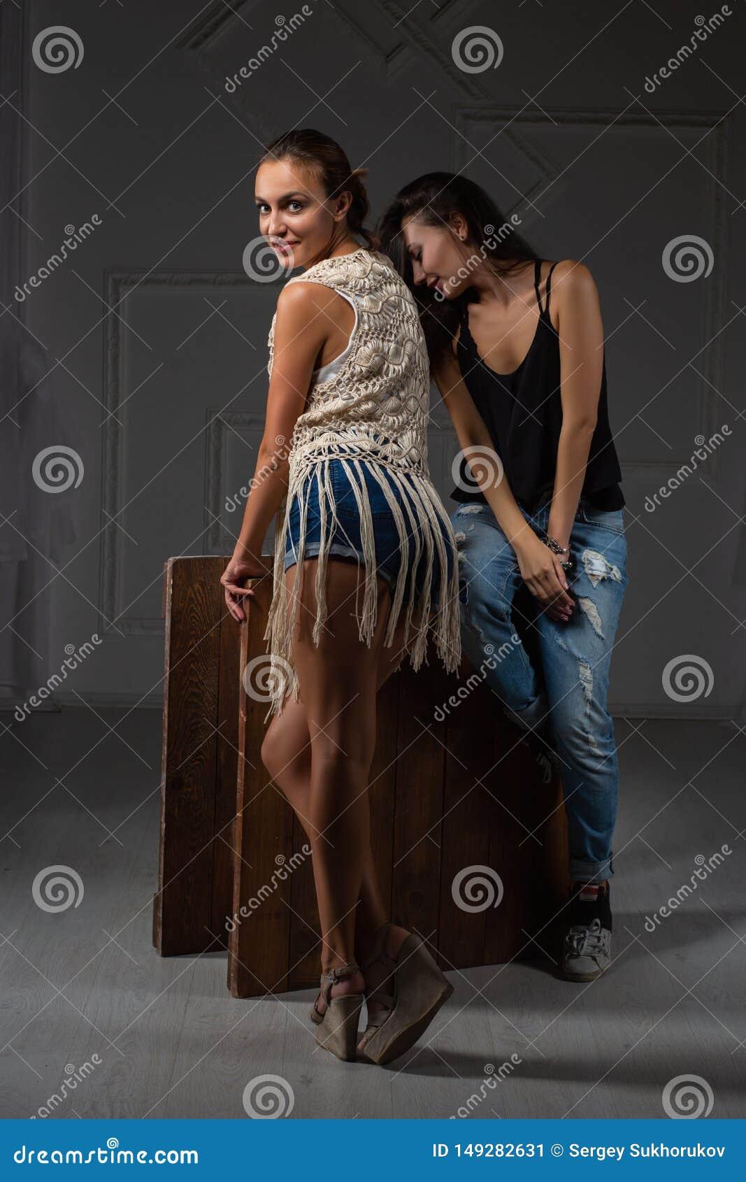 两摆在演播室的愉快的夫人