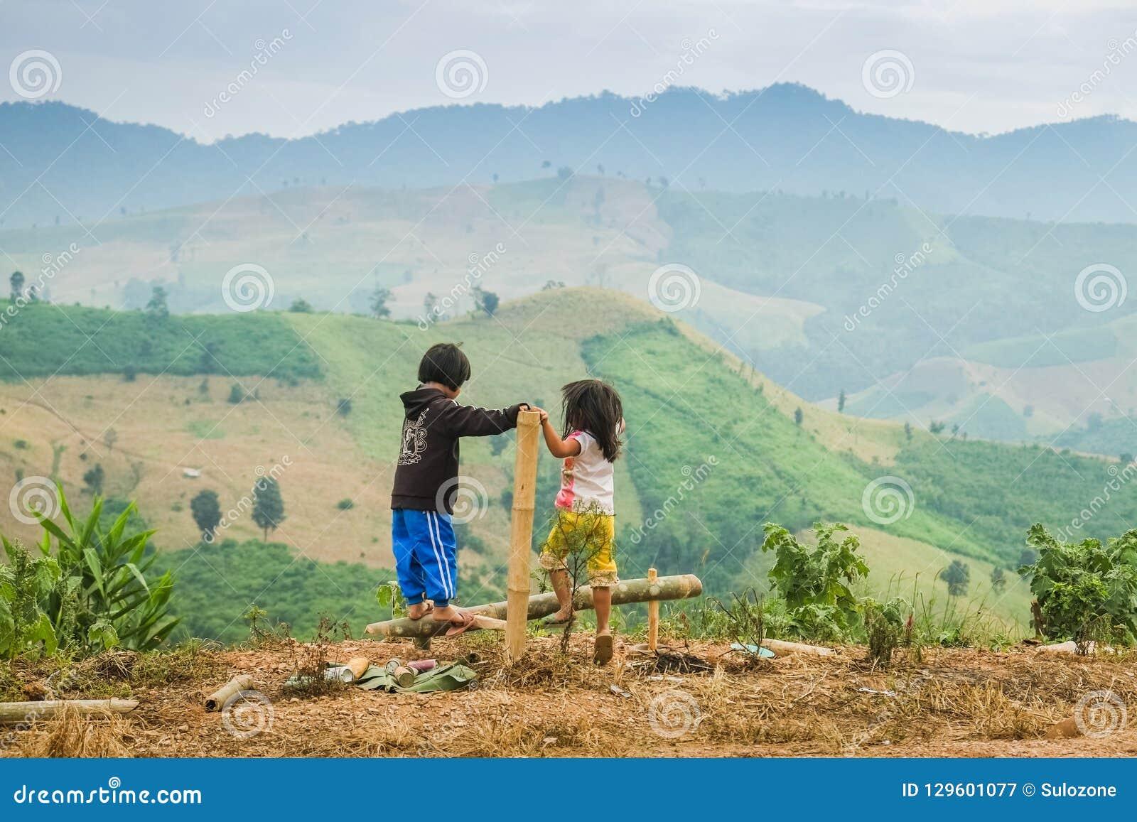 两村姑是使用室外与山在背景中