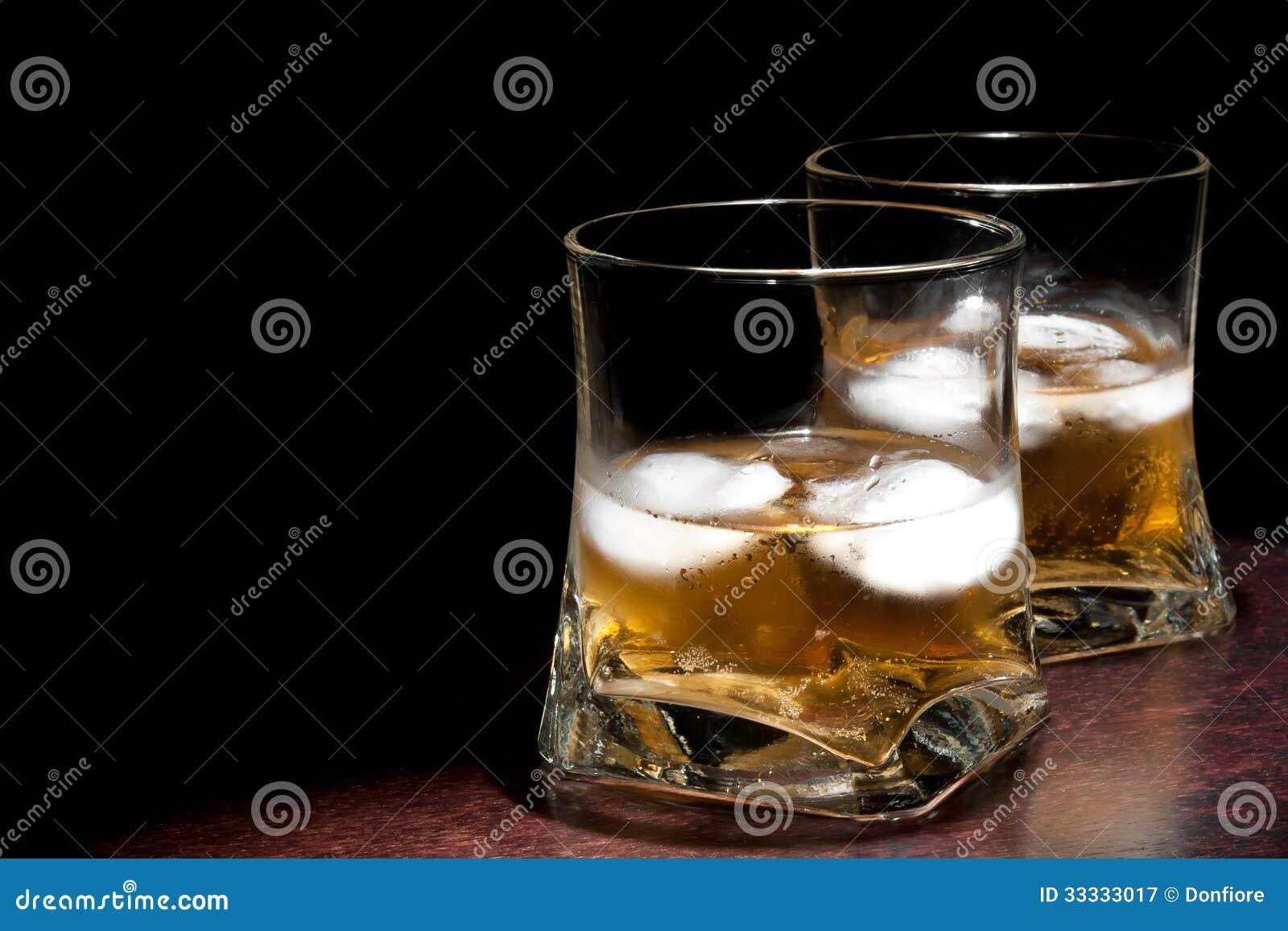 两杯与冰的长的新饮料与文本的空间
