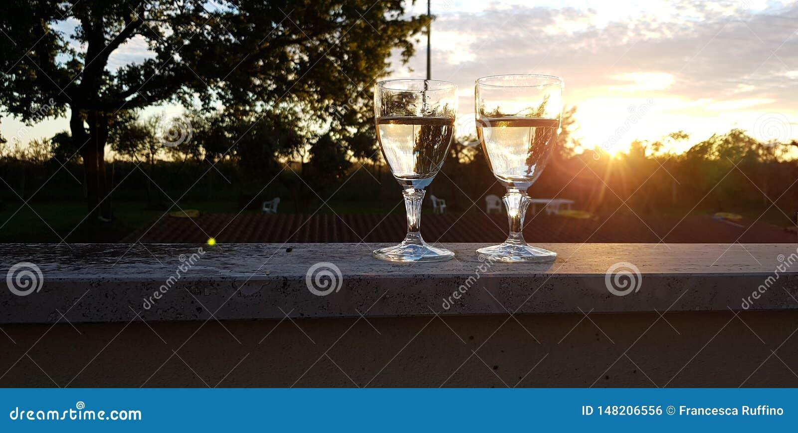 两杯在日落的酒