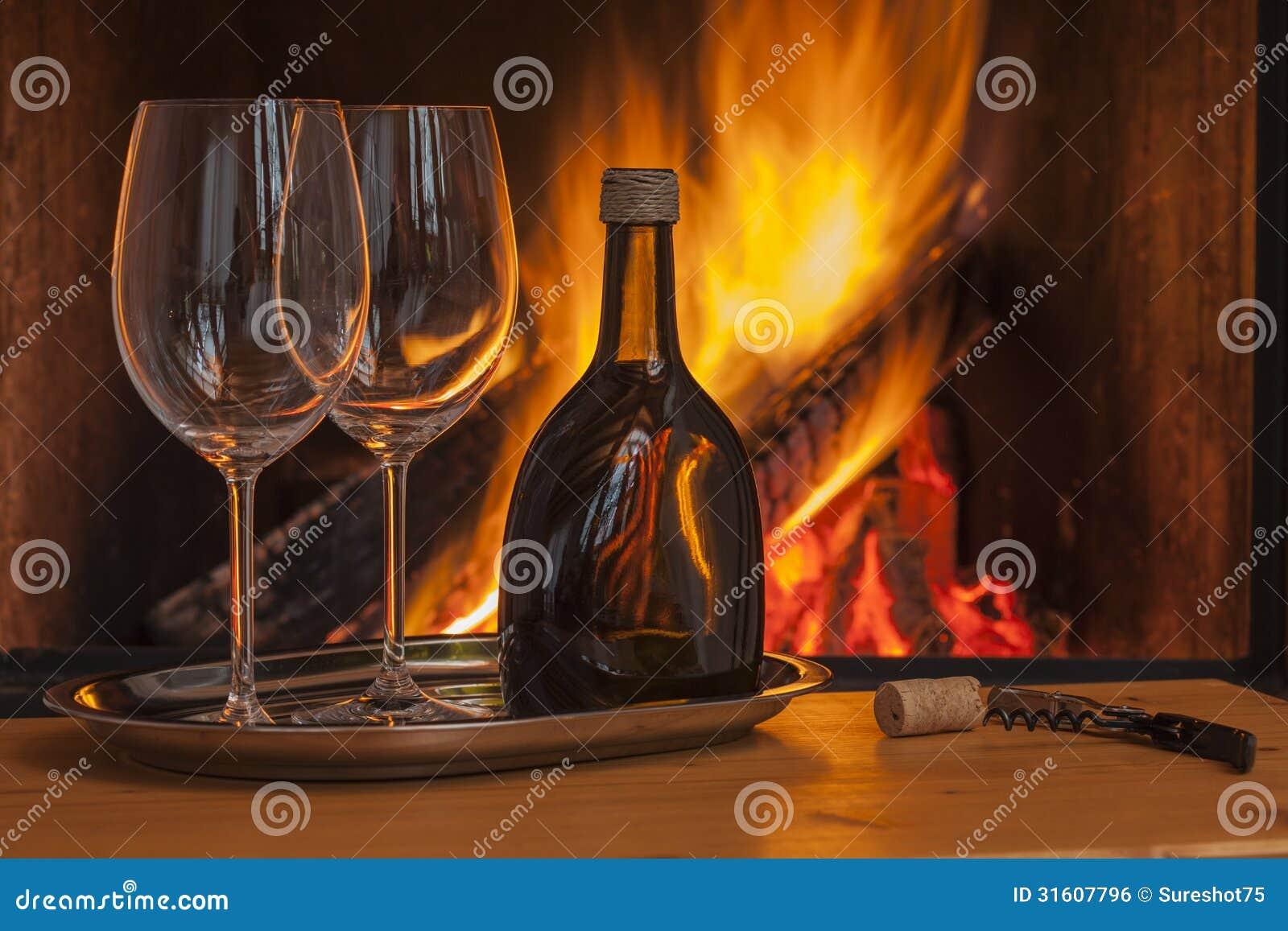 两的酒在舒适壁炉