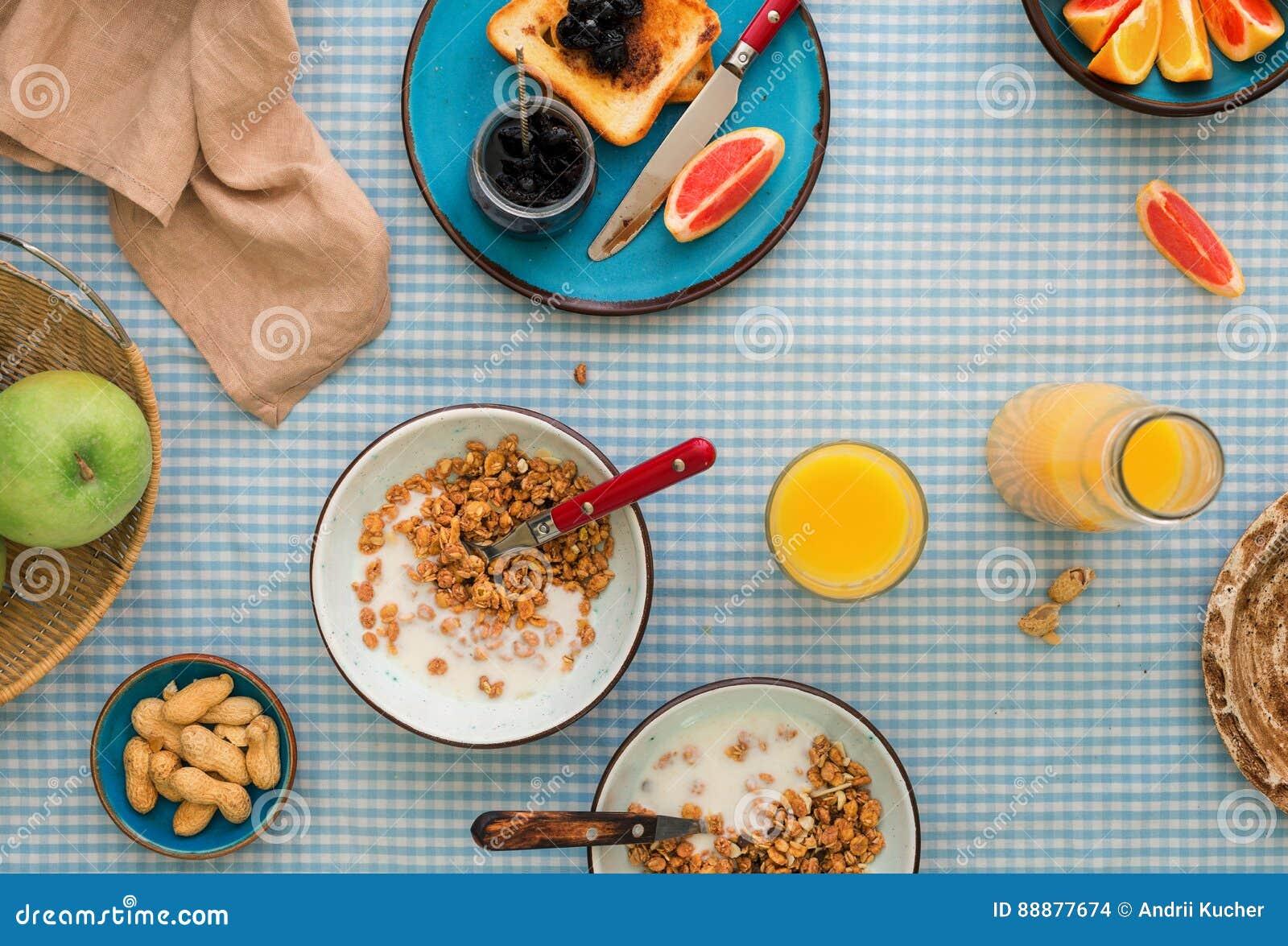 两碗muesli用酸奶 健康早餐桌