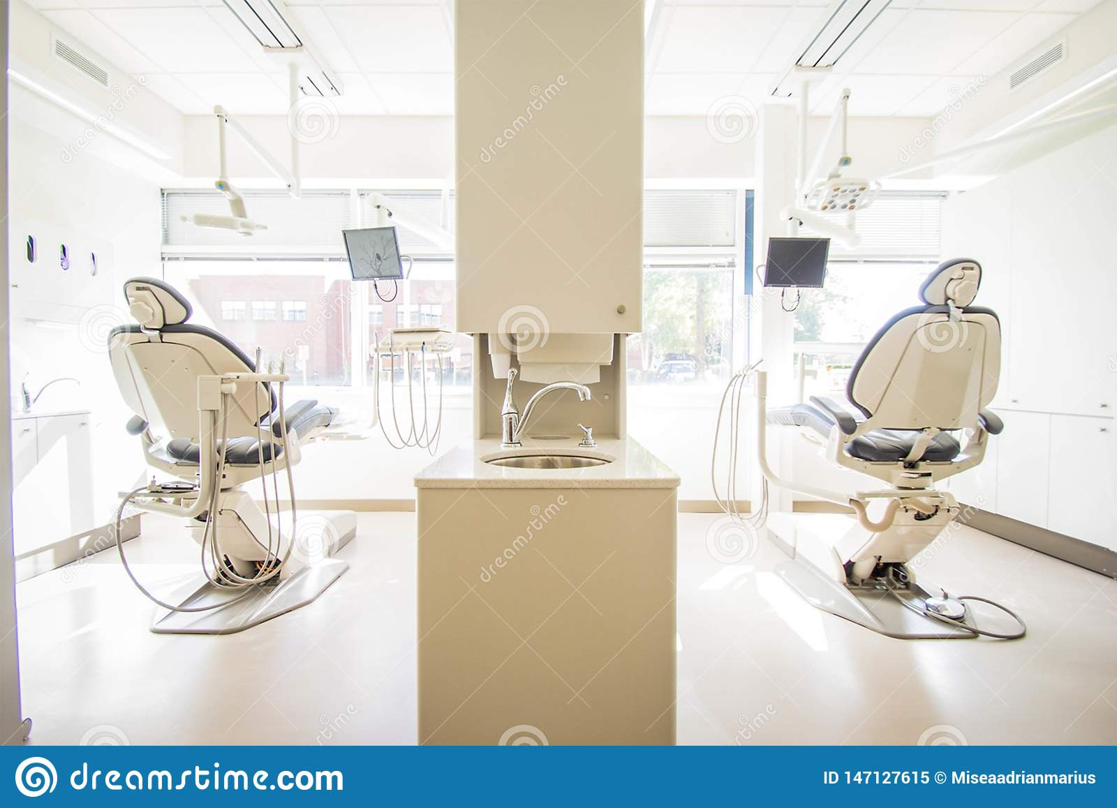 两米黄和灰色牙医椅子i