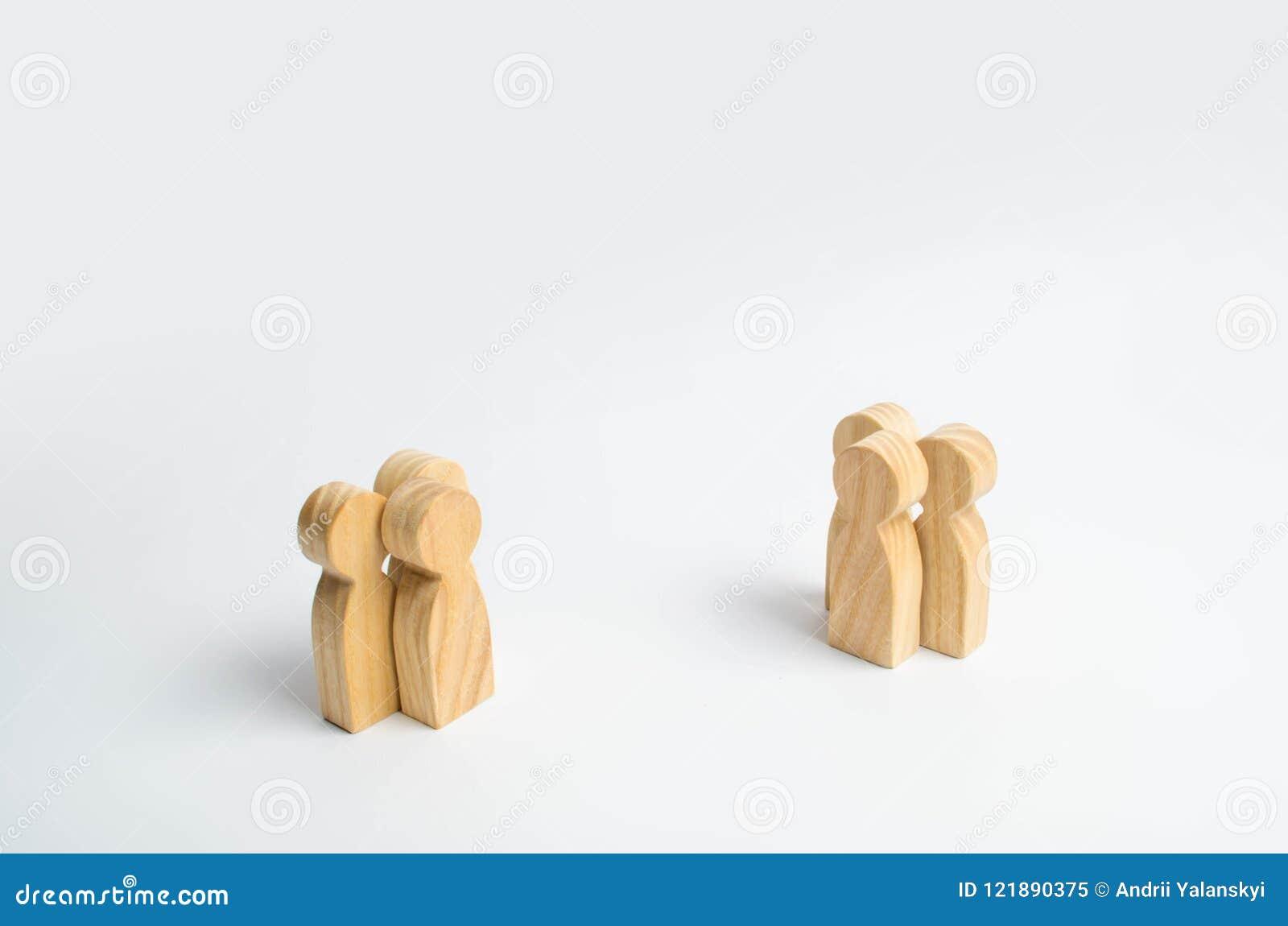 两群人站立在彼此对面在白色背景 会议和谈判人民的概念的两个