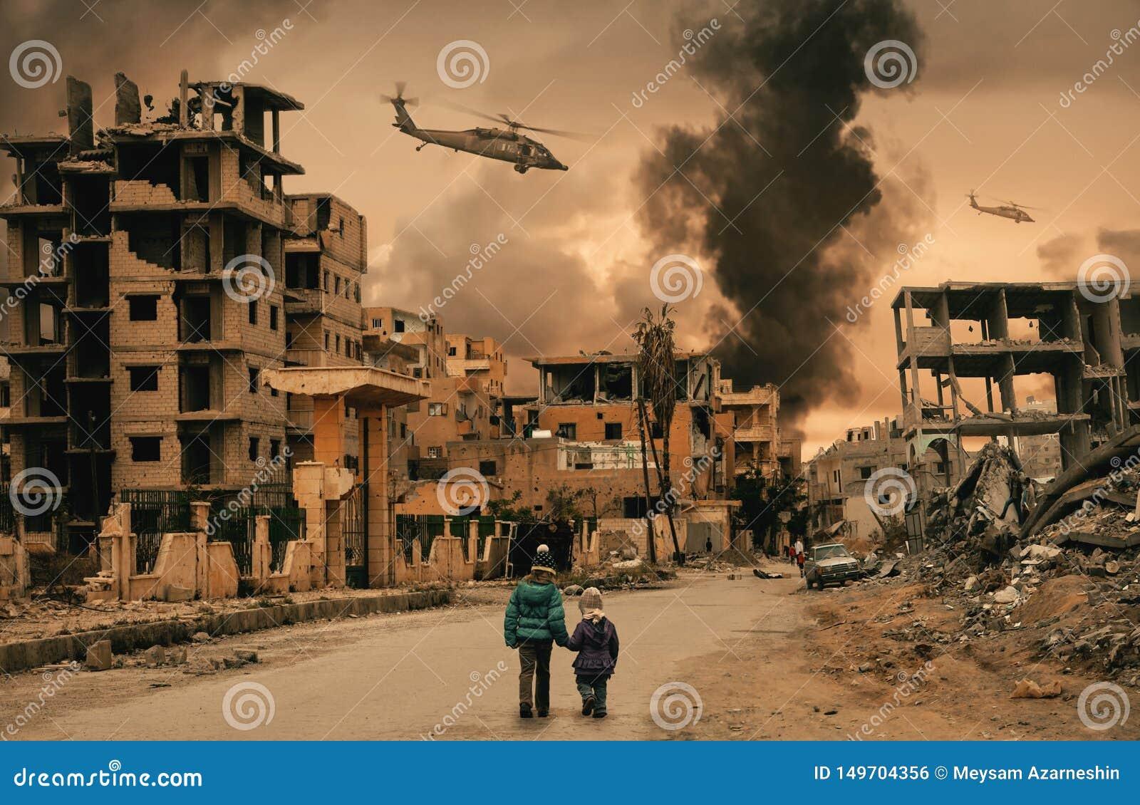 两走在被毁坏的城市的无家可归的女孩