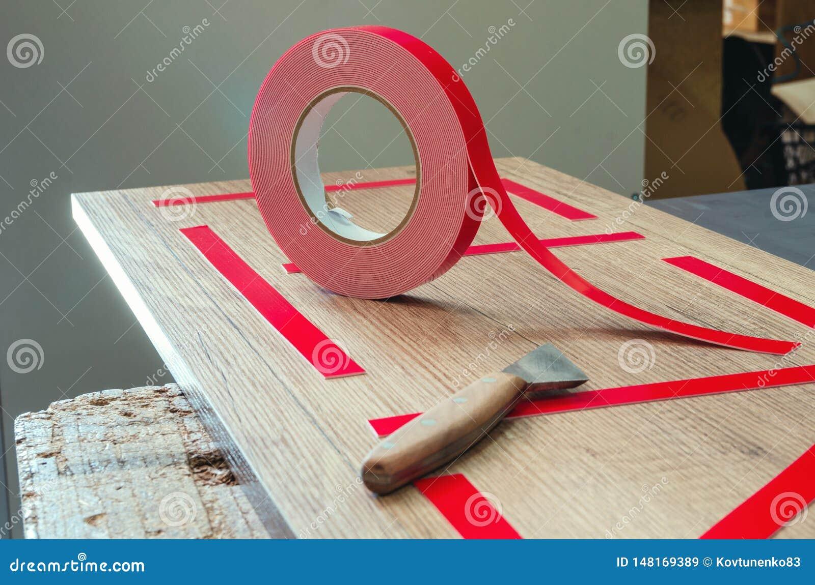 两面的磁带,大师零件为进一步黏附镜子做准备