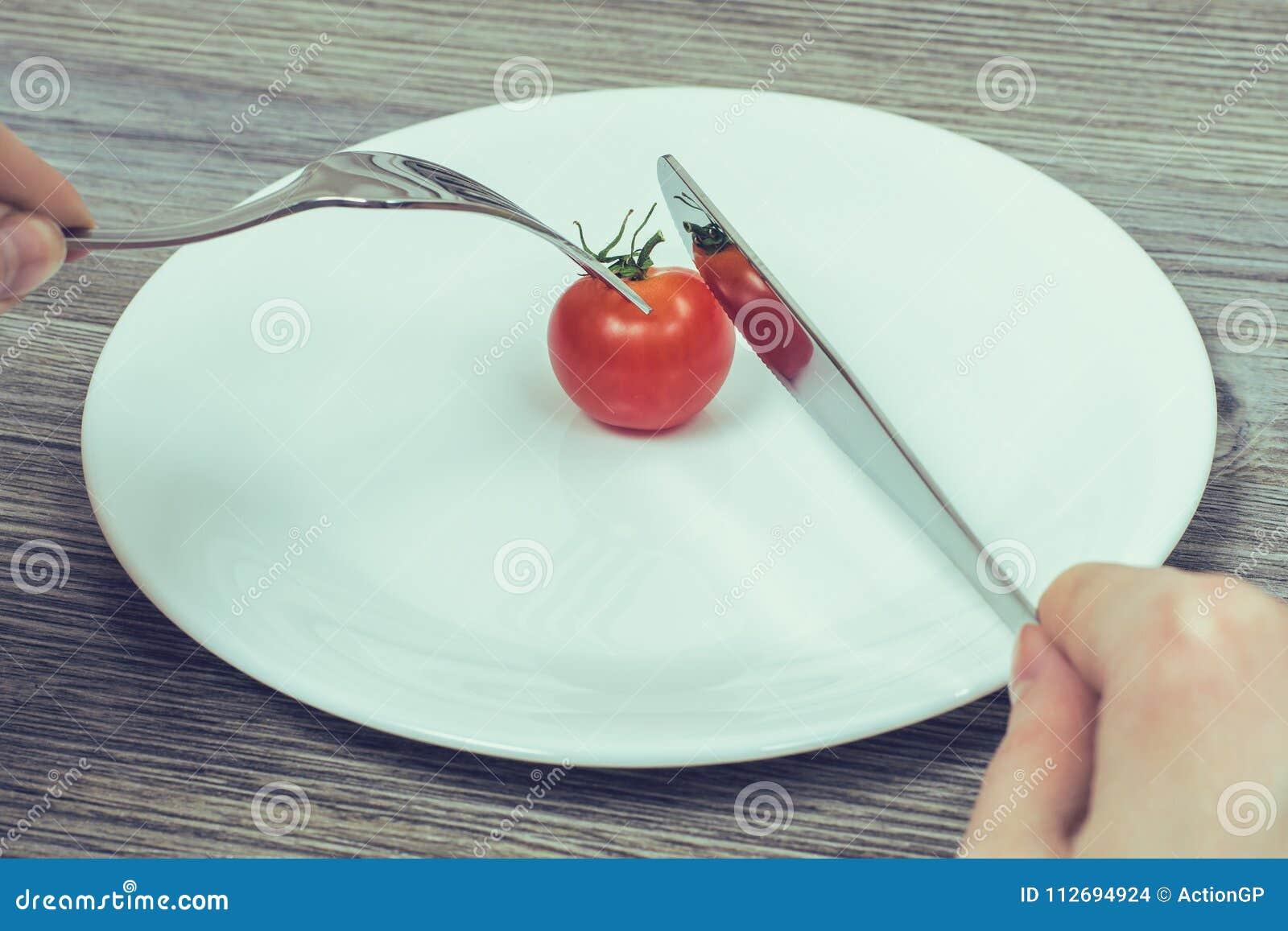 严密节食的概念 妇女` s递设法削减一点ch