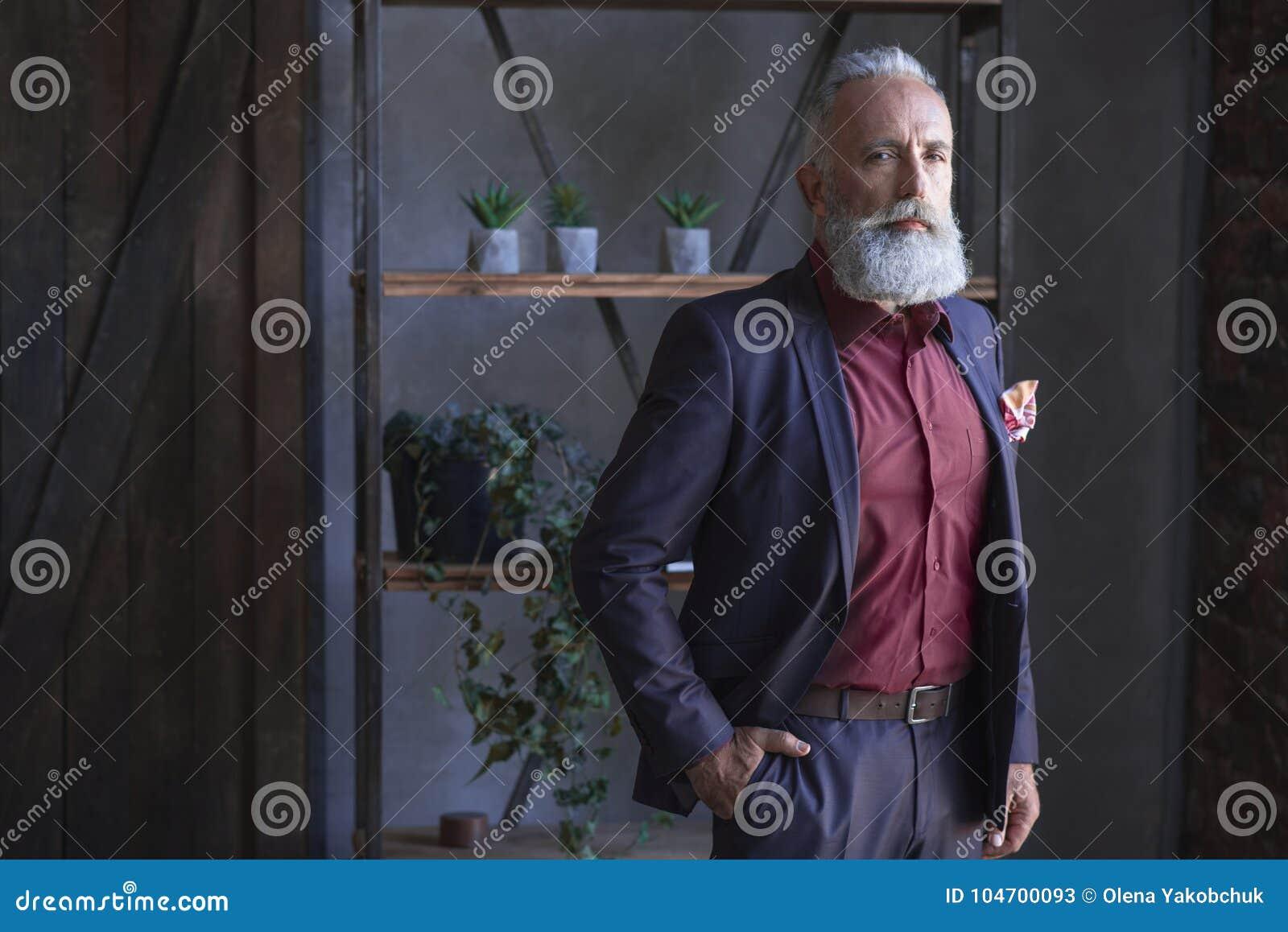 严肃有胡子在屋子里退休位于