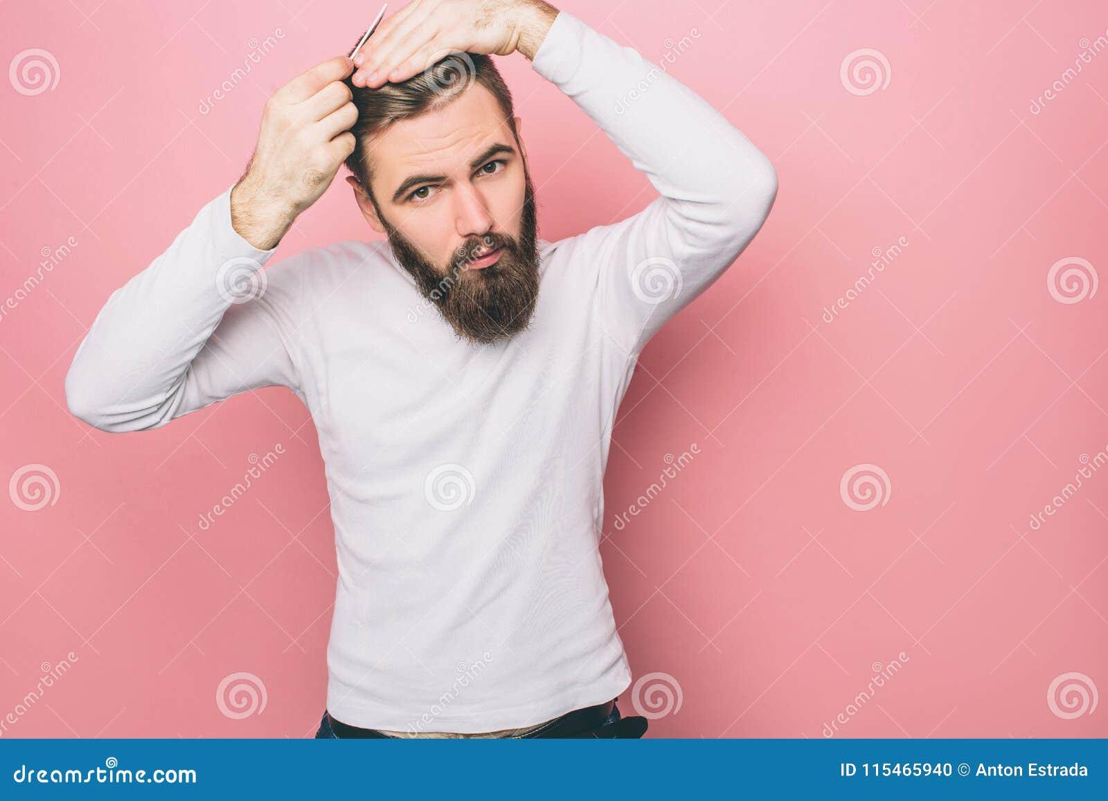 严肃的人掠过他的头发 他做着那非常嫩和准确 并且人看得下来 查出在粉红色