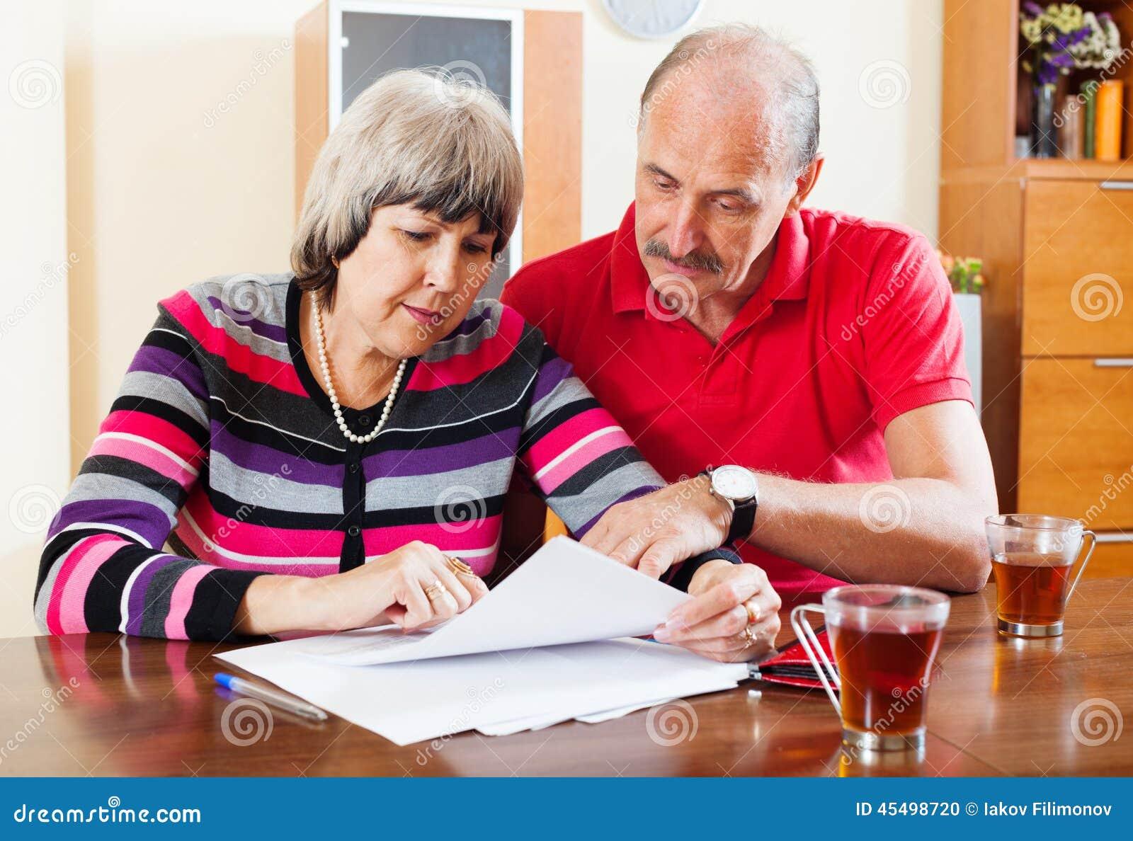 严肃的成熟夫妇读书文件