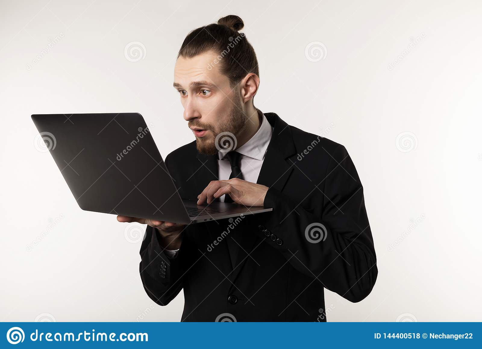 严肃的有胡子的商人或老师黑衣服读书岗位的在笔记本