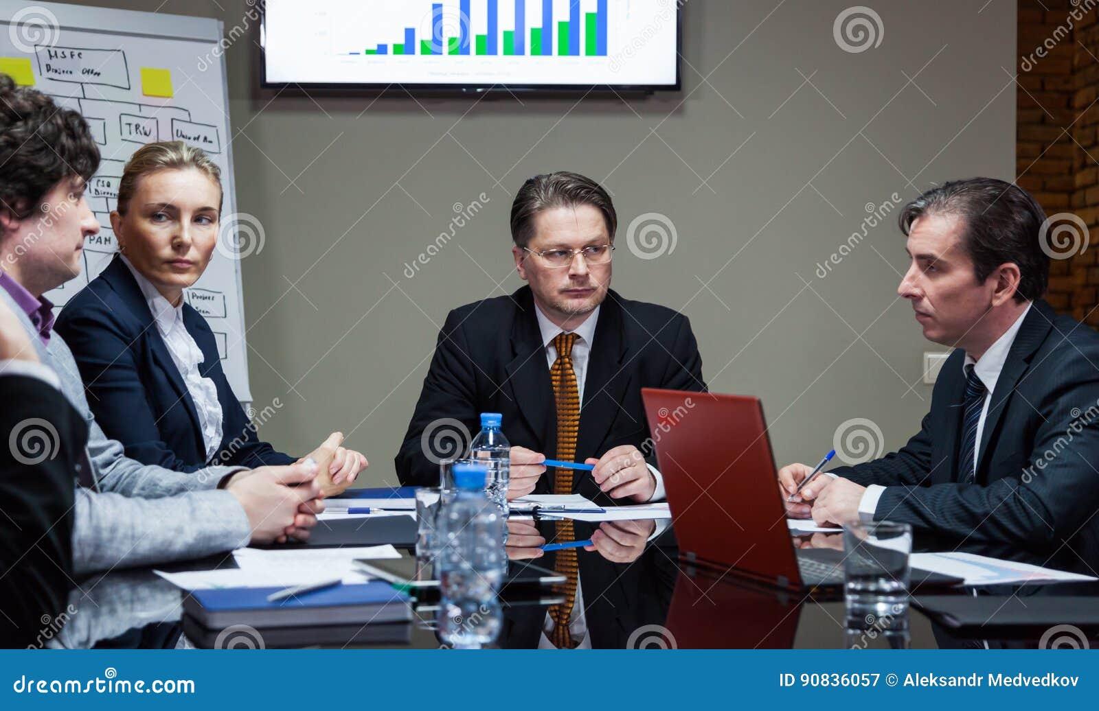 严肃的雇员在会议上