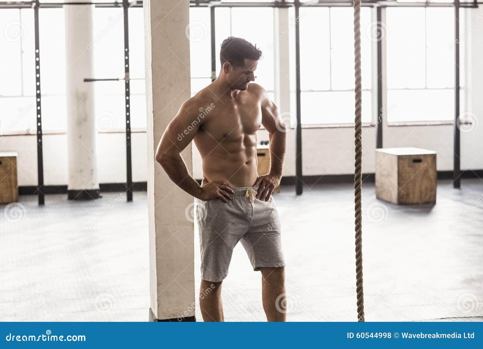 严肃肌肉赤裸上身人摆在