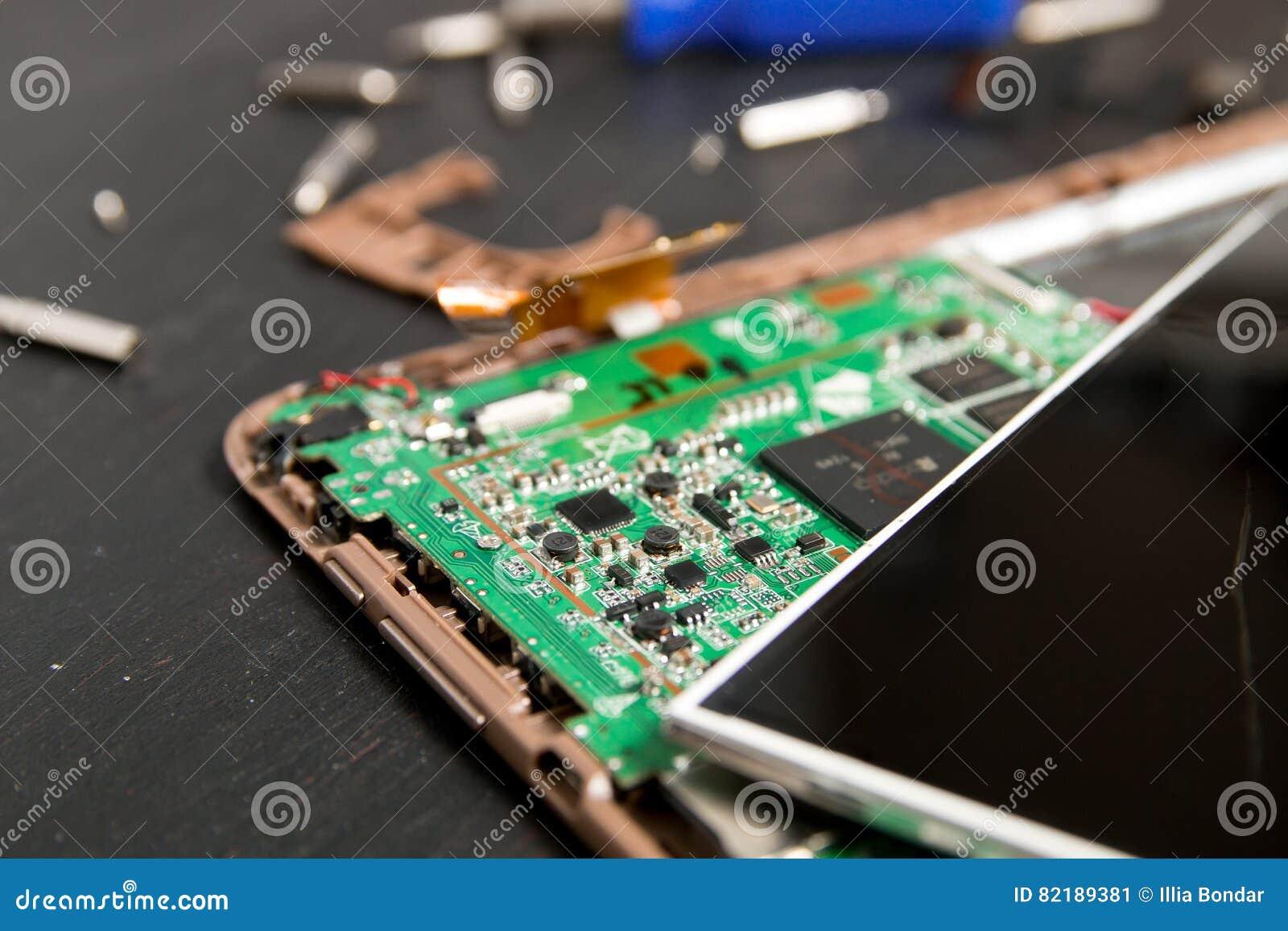 个人计算机片剂设备修理的过程在螺丝刀附近和咬住在黑木背景 拆卸 残破的玻璃,屏幕毁坏