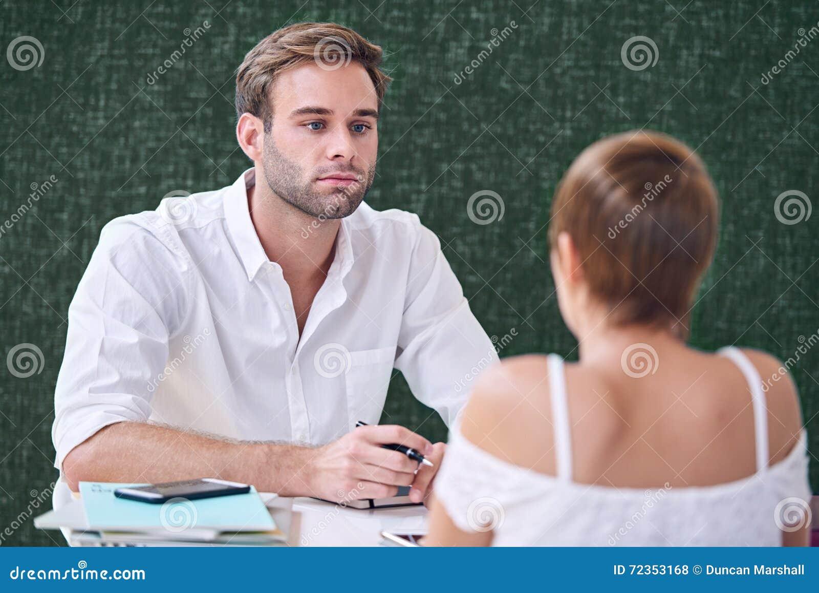 个别辅导他的地方咖啡店的男性辅导者女学生