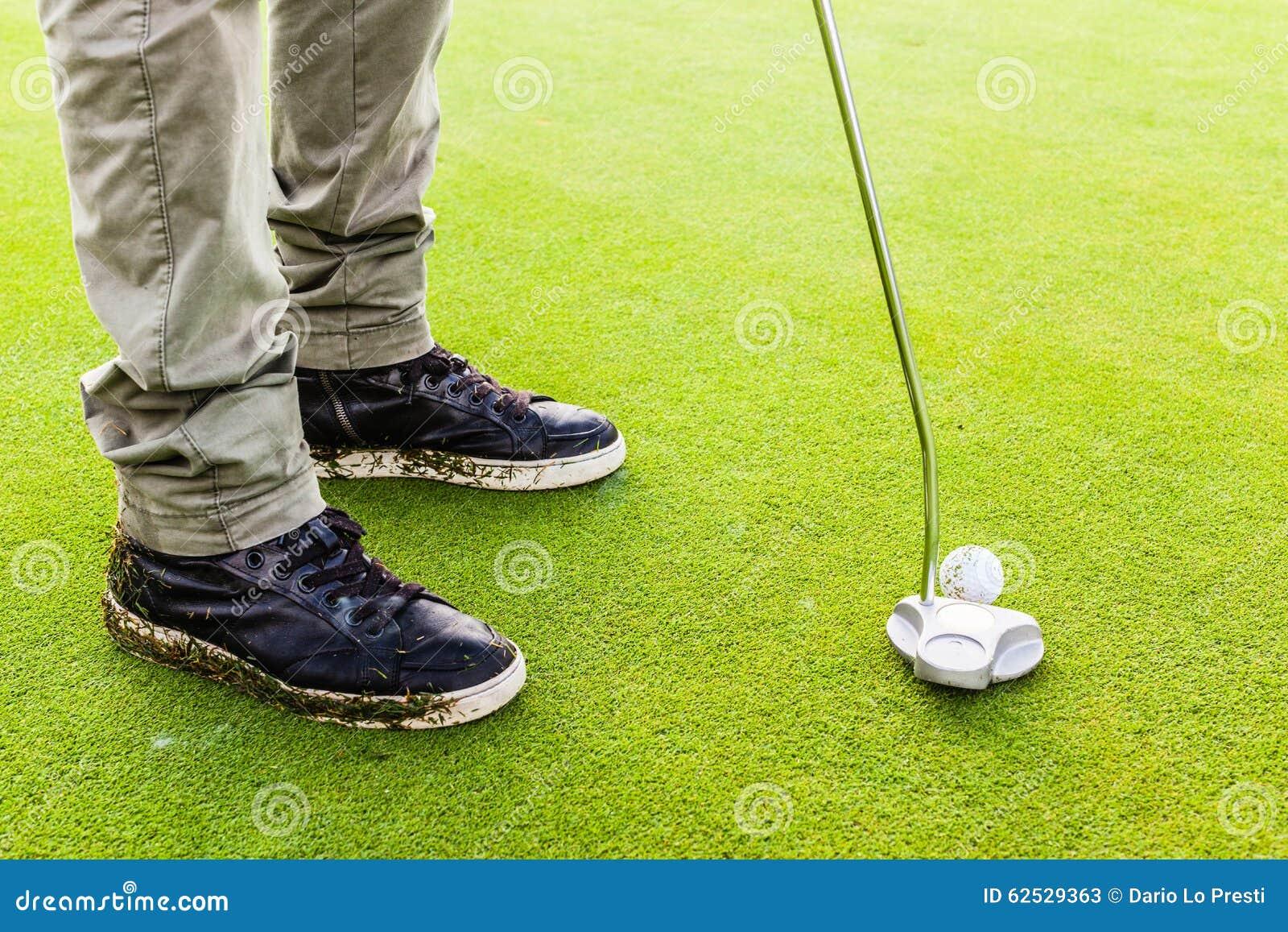 击中与轻击棒俱乐部的高尔夫球