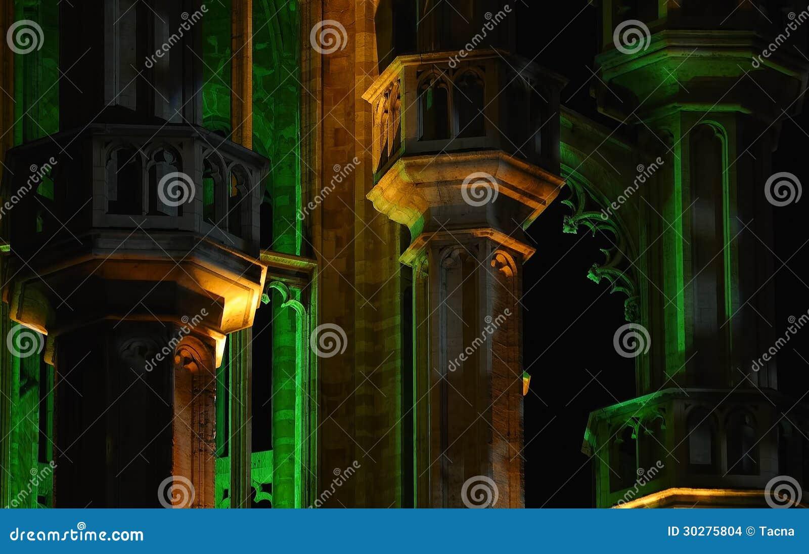 中世纪哥特式样式市政厅在晚上