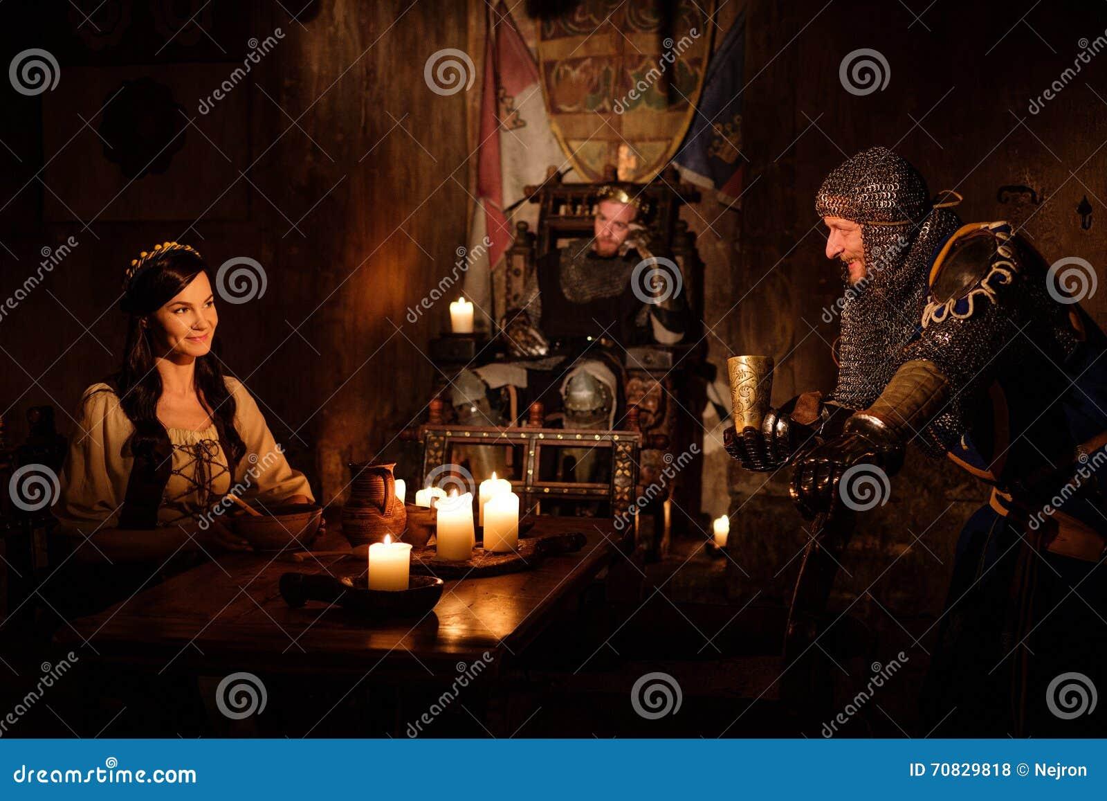 中世纪国王和他的主题在城堡的大厅里沟通