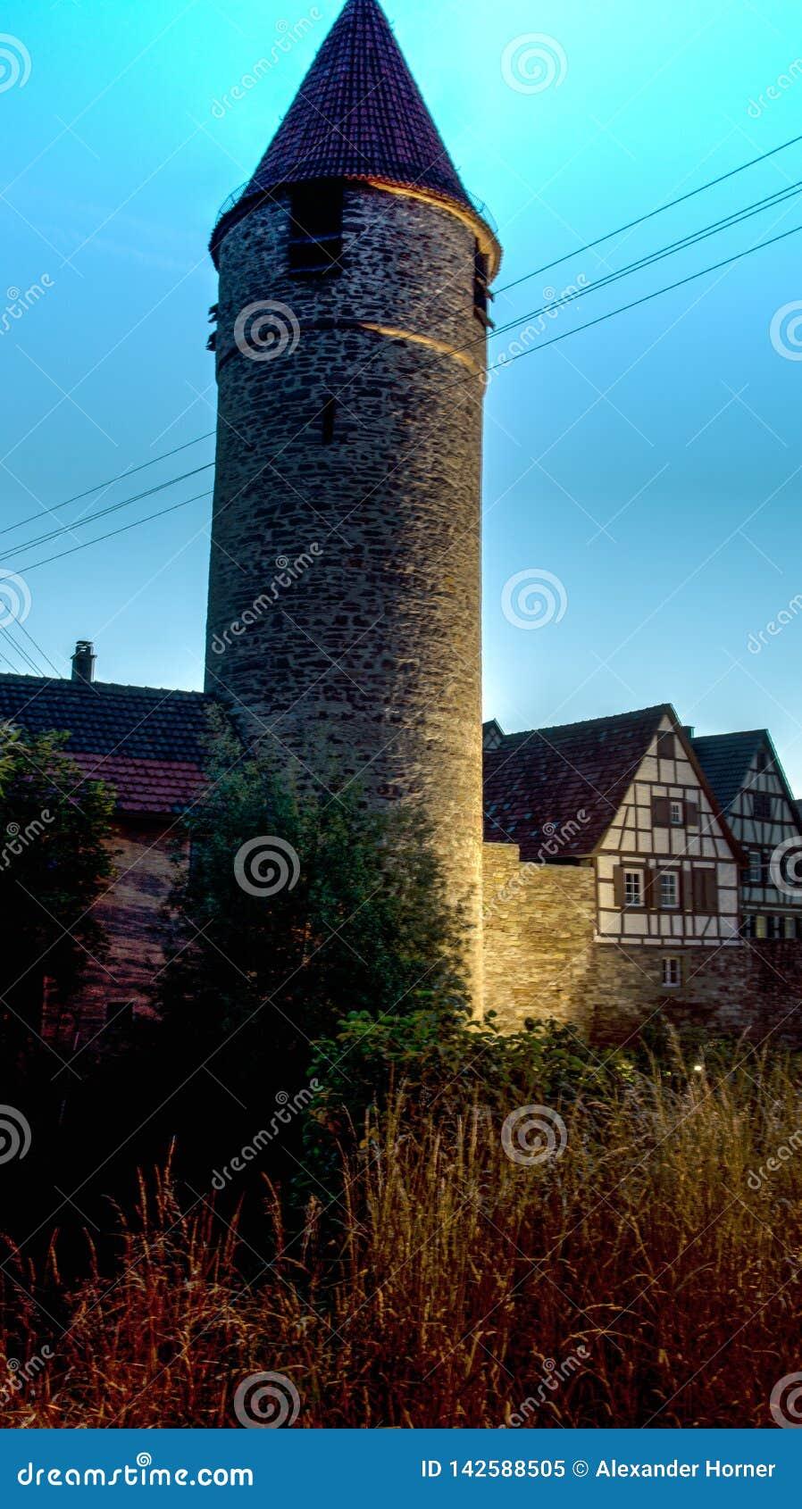 中世纪城楼和半干材房子和黄昏在weil der stadt