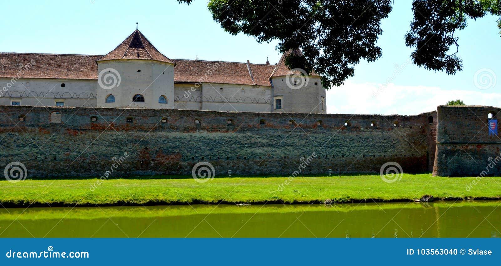 中世纪堡垒Fagaras和他的渠道在一个夏日
