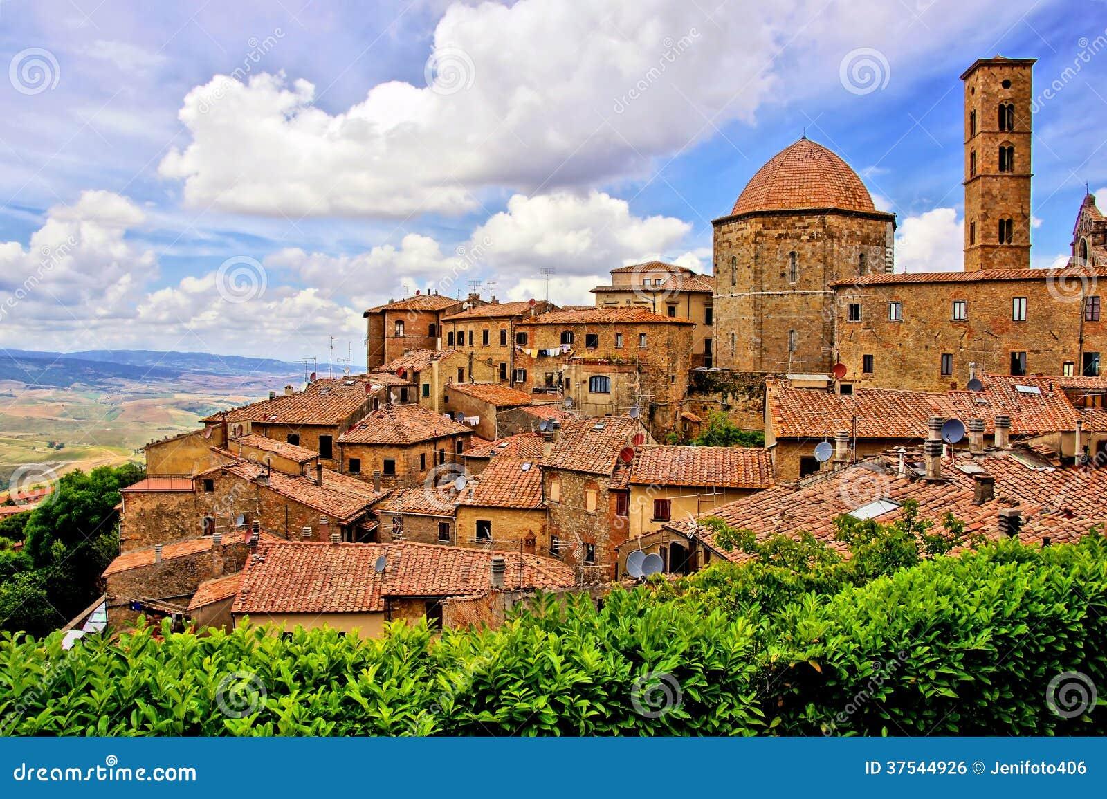 在沃尔泰拉,托斯卡纳,意大利中世纪重量镇的小山.威霆看法房车图片