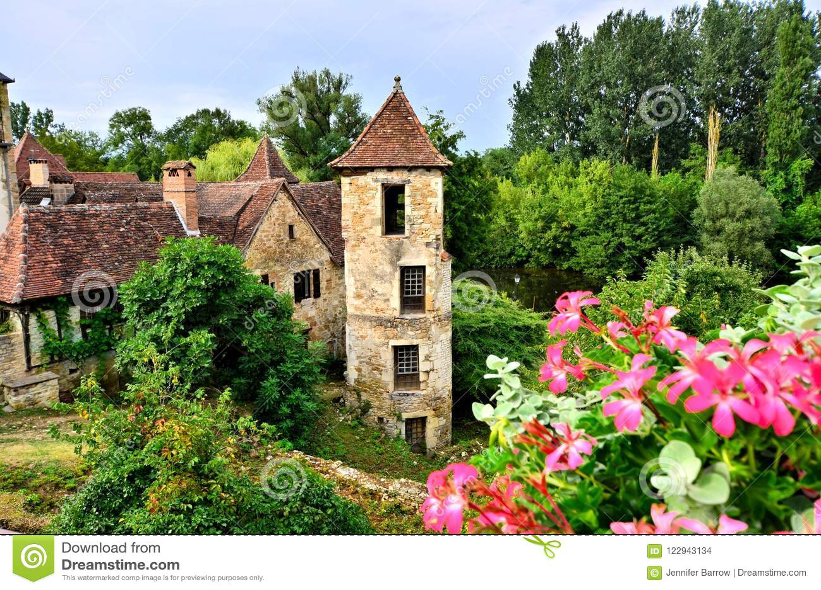 中世纪房子和塔与花在卡雷纳克,法国