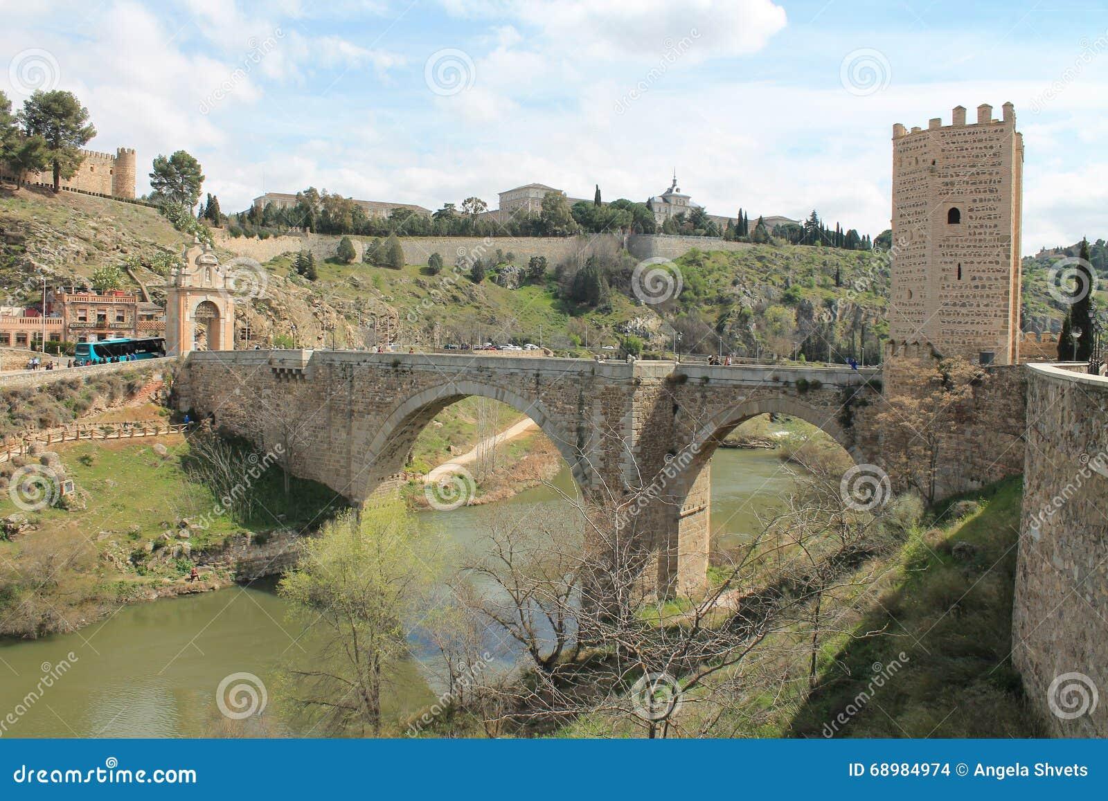 中世纪桥梁在托莱多 西班牙