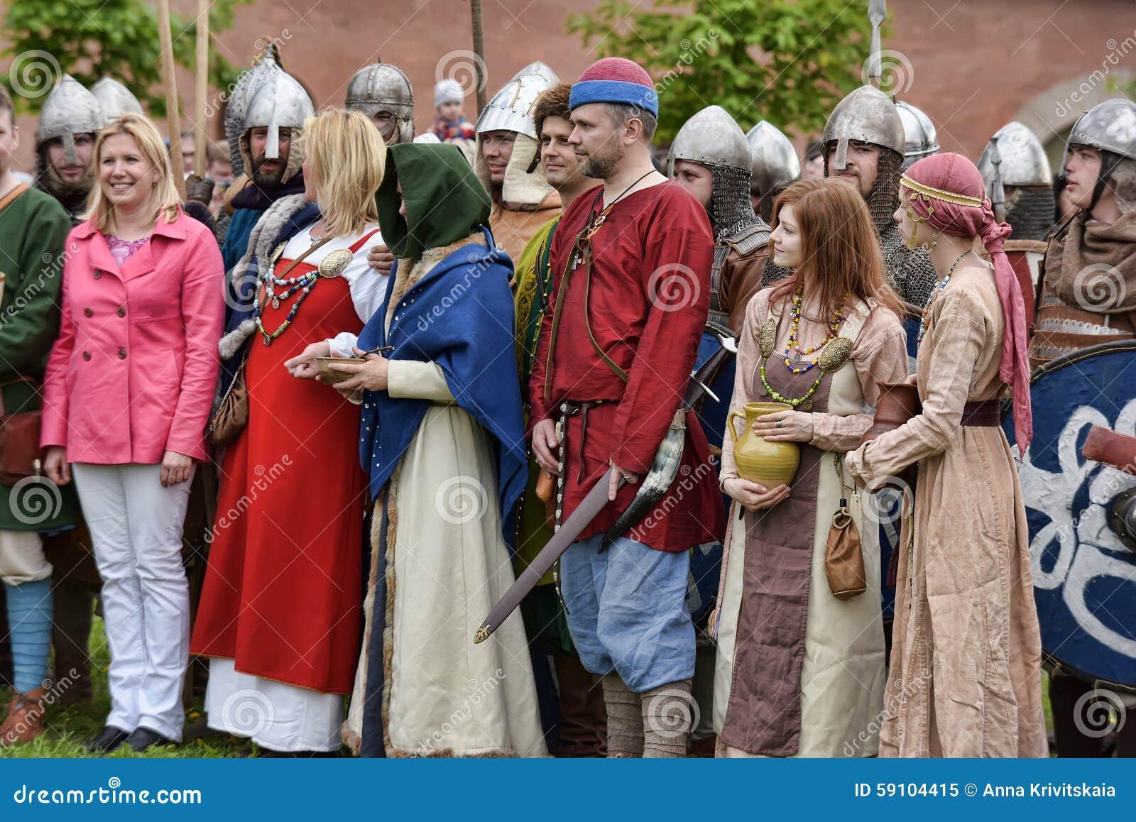 中世纪衣裳的人们