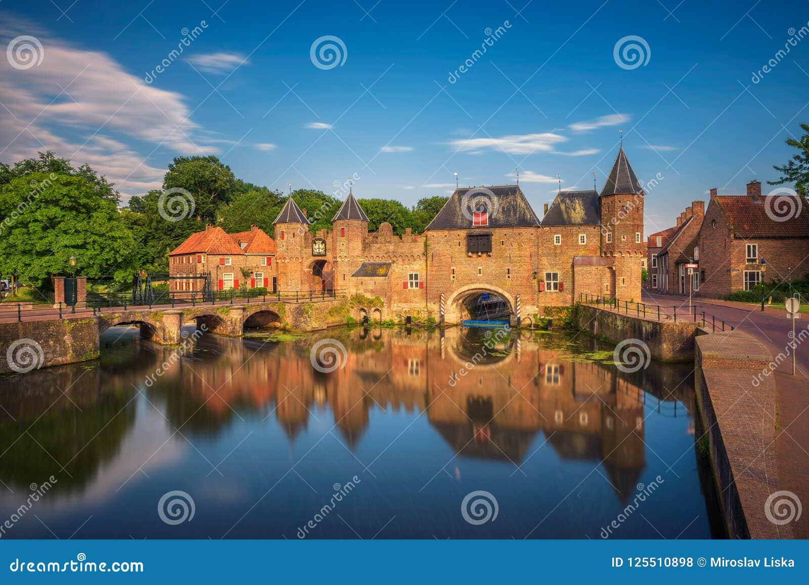 中世纪镇门在阿莫斯福特,荷兰