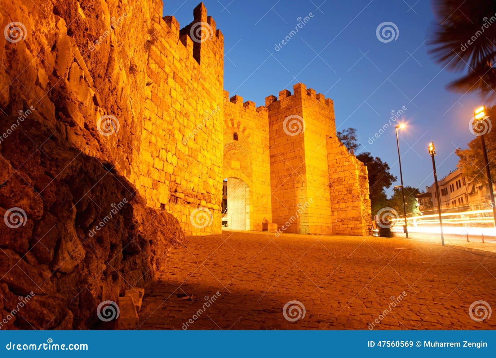 中世纪citywall在伯萨,土耳其.远景与悦翔v7图片