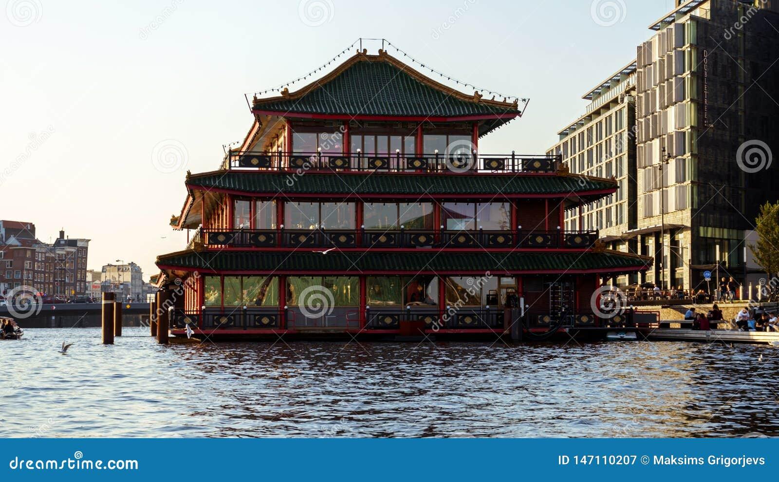 中国塔样式漂浮resaurant在阿姆斯特丹运河,2017年10月13日