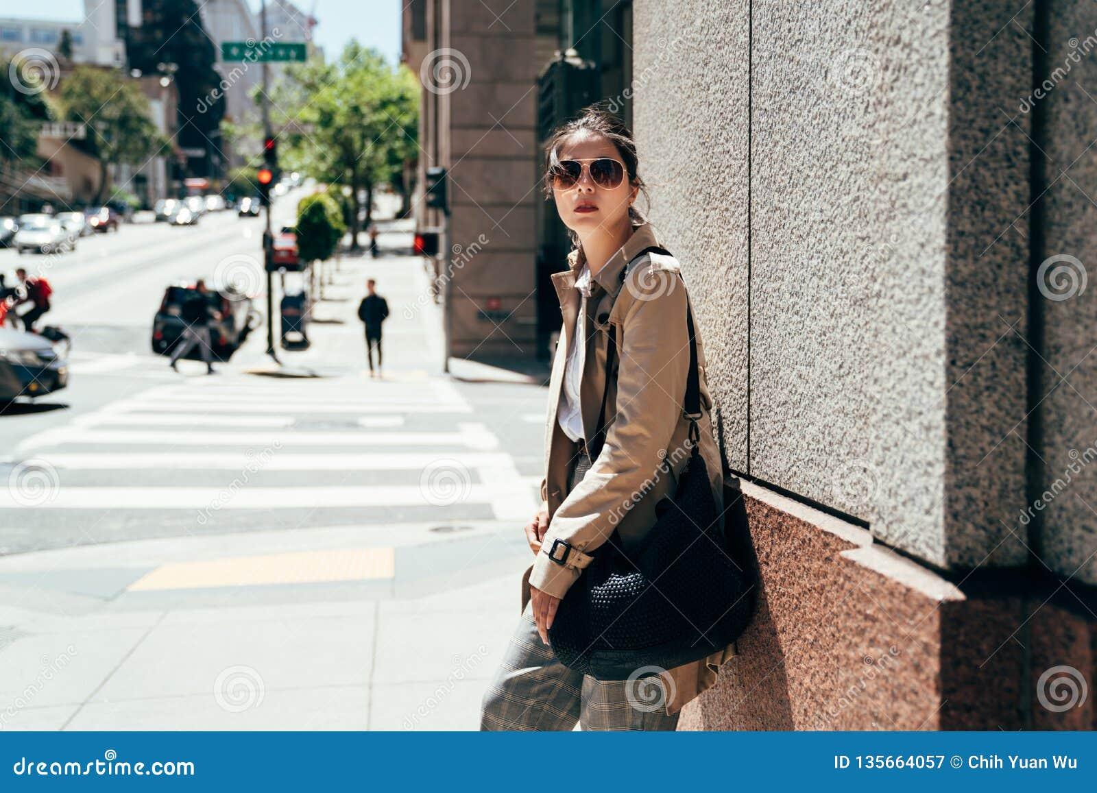 中国女性对墙壁和看起来左边