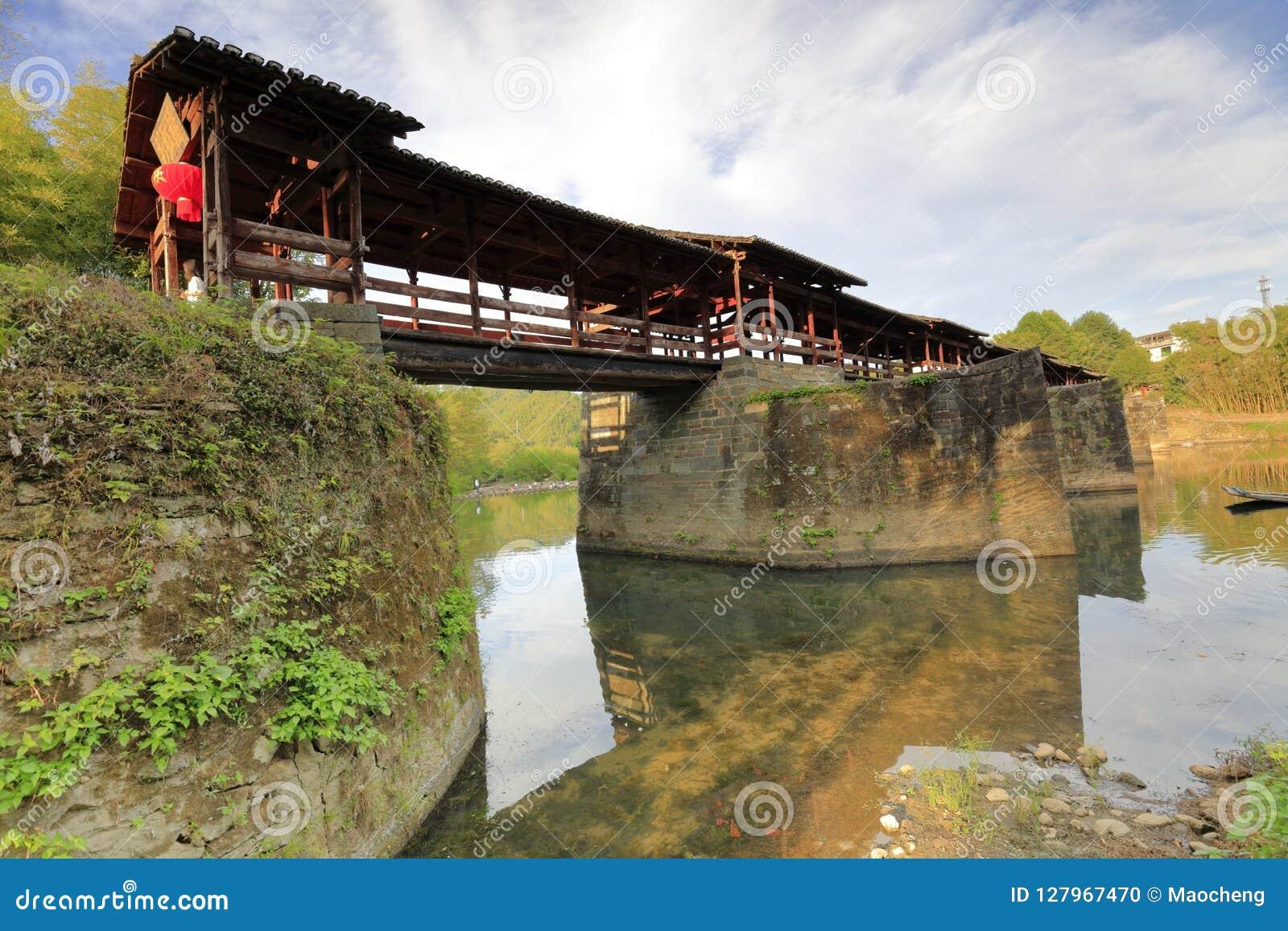中国宋朝被遮盖的桥在wuyuan县,多孔黏土rgb