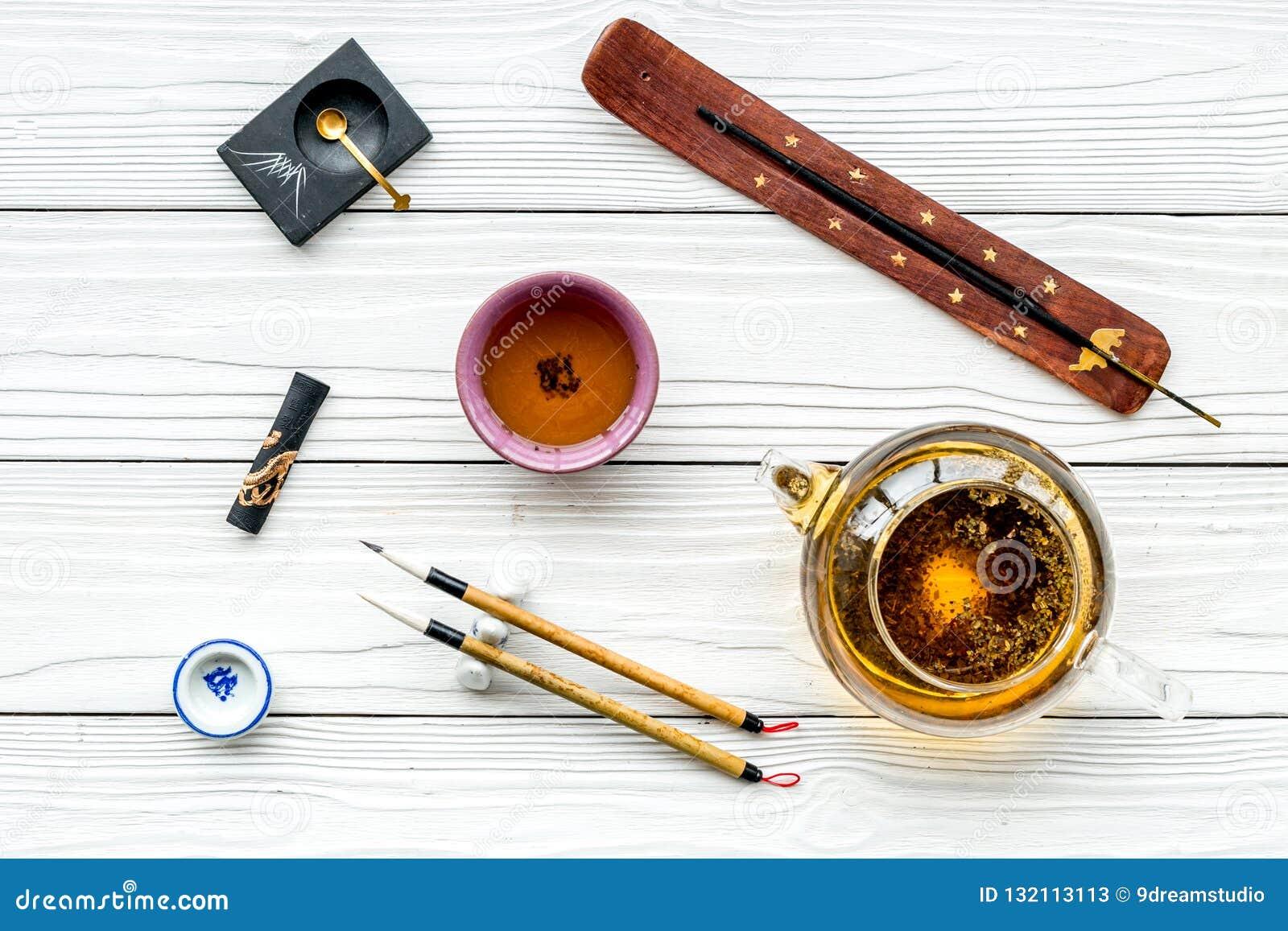 中国或日本传统 书法和茶道概念 特别书写笔、墨水在茶壶附近和杯子