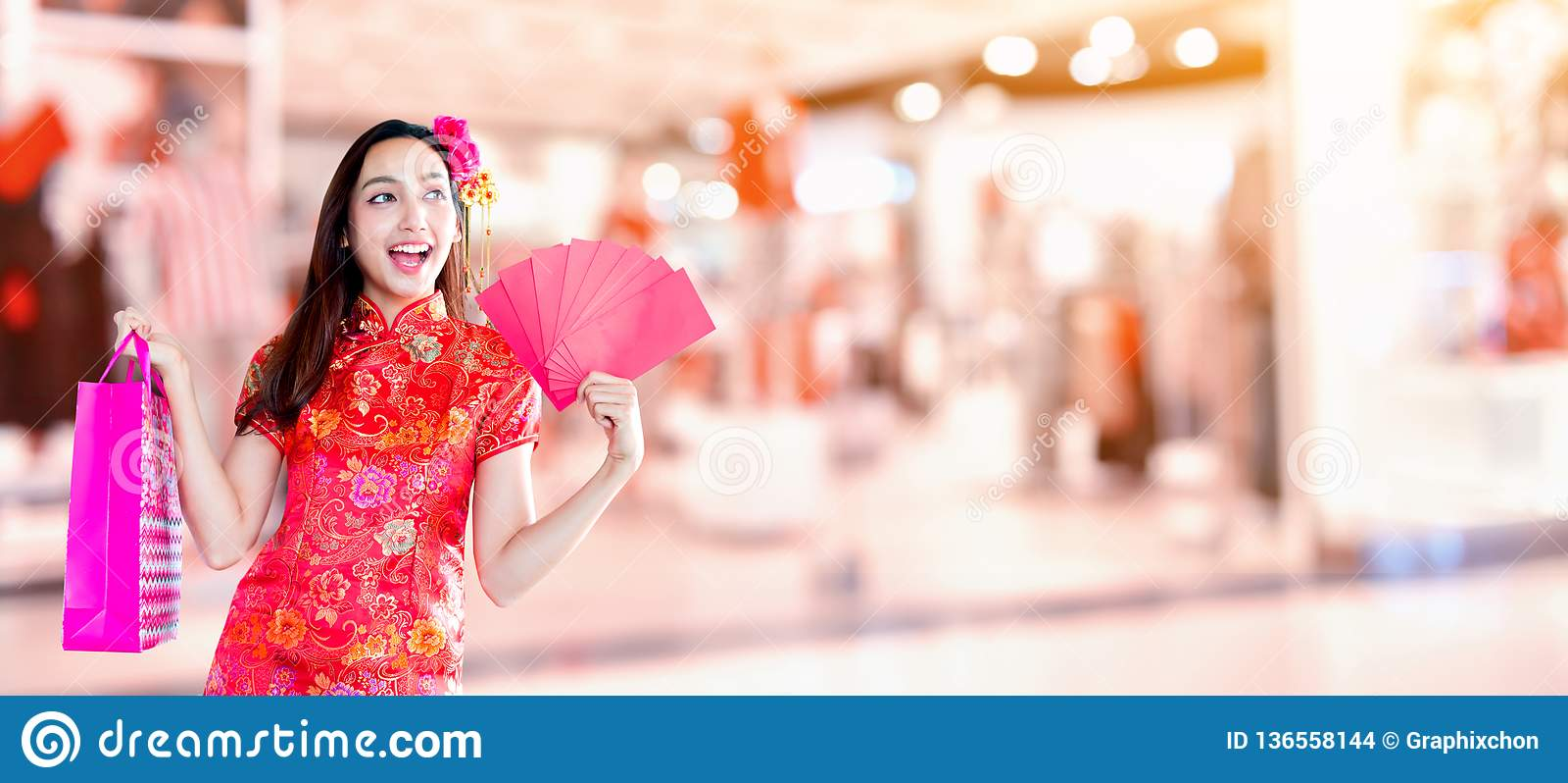 中国新年好 有购物袋的亚裔妇女