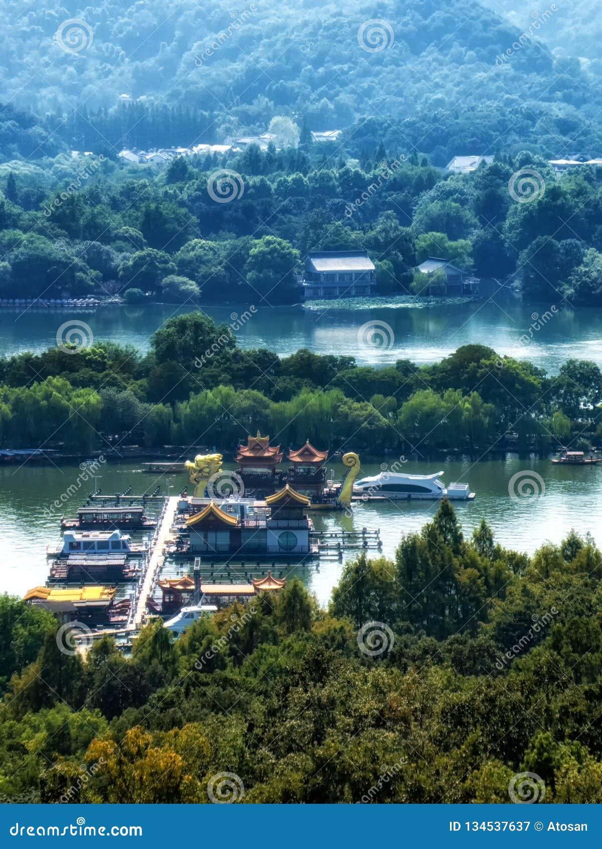 中国木休闲小船和龙船在西湖被停泊