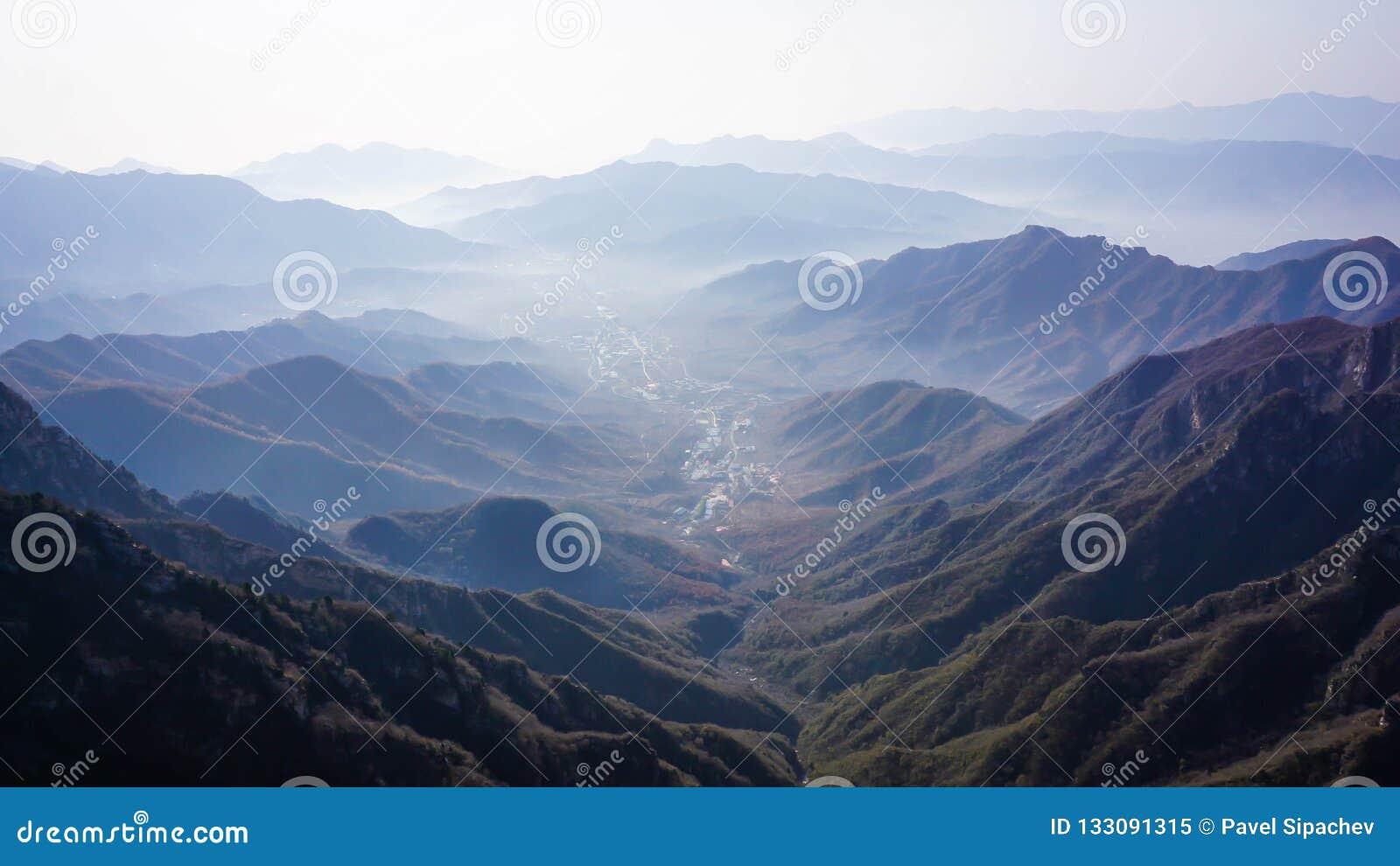 中国村庄的美妙的风景从长城的顶端